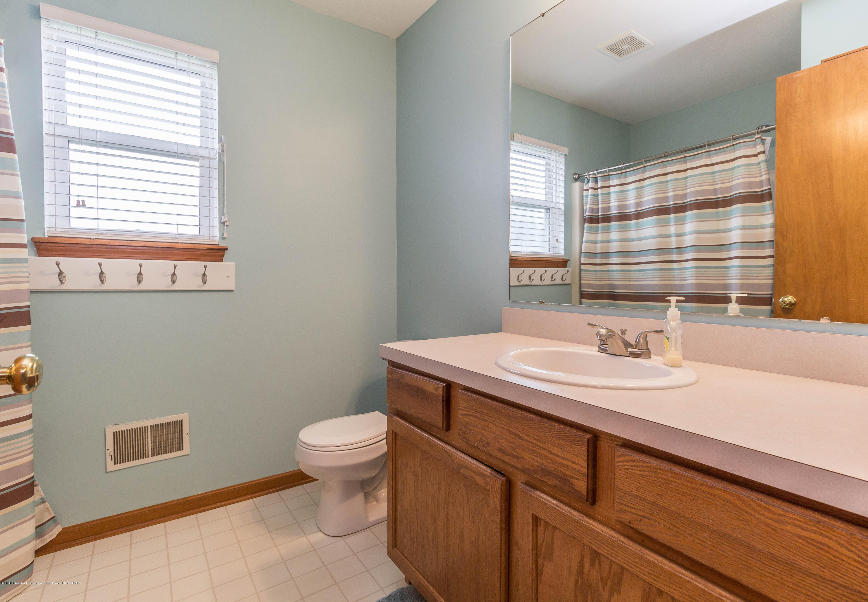 1945 Hollowbrook Dr - upstairs bath - 15