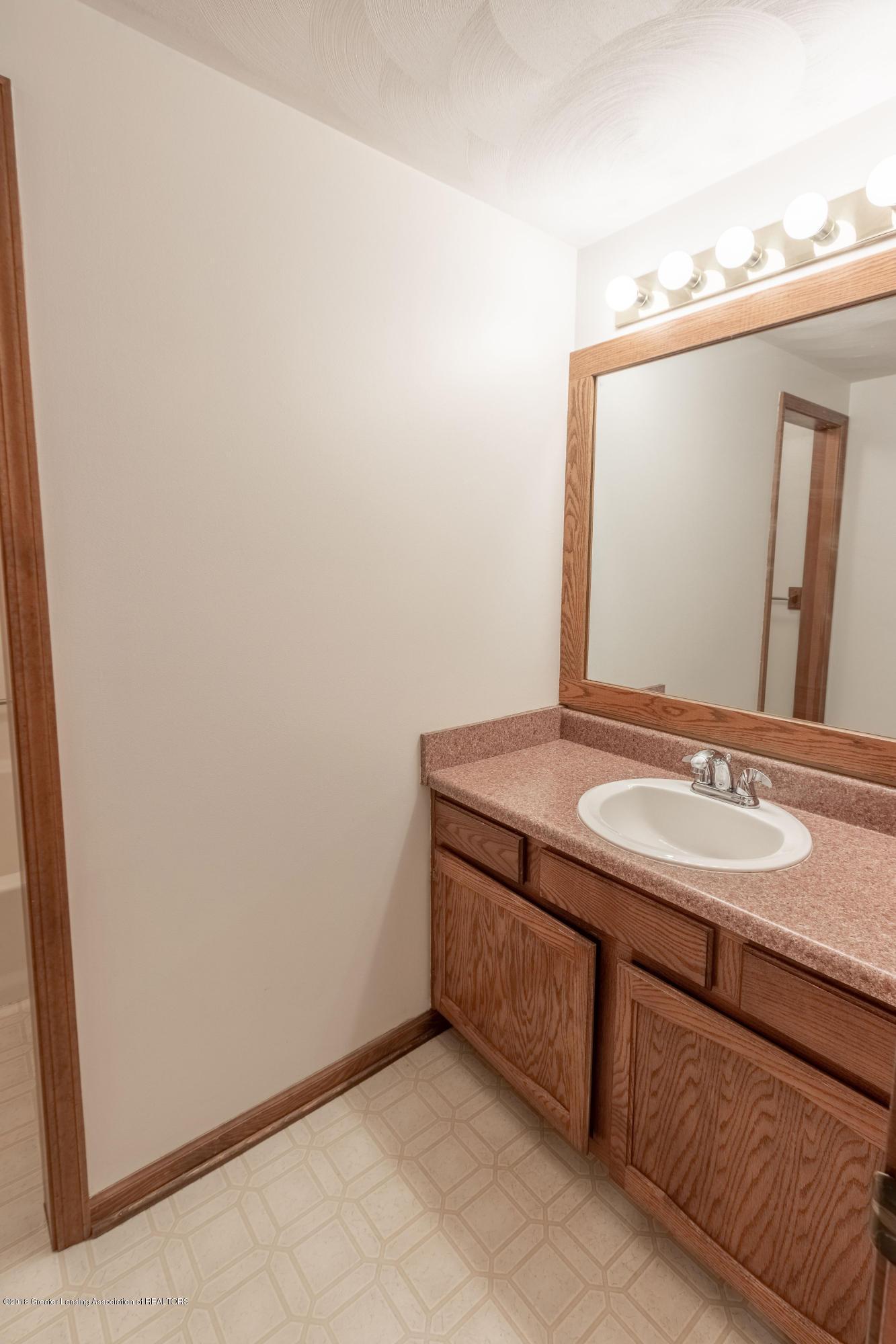 3981 Breckinridge Dr - Upstairs Full Bath - 36
