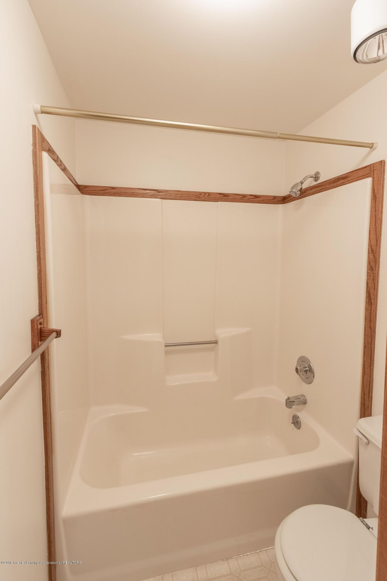 3981 Breckinridge Dr - Upstairs Full Bath - 37