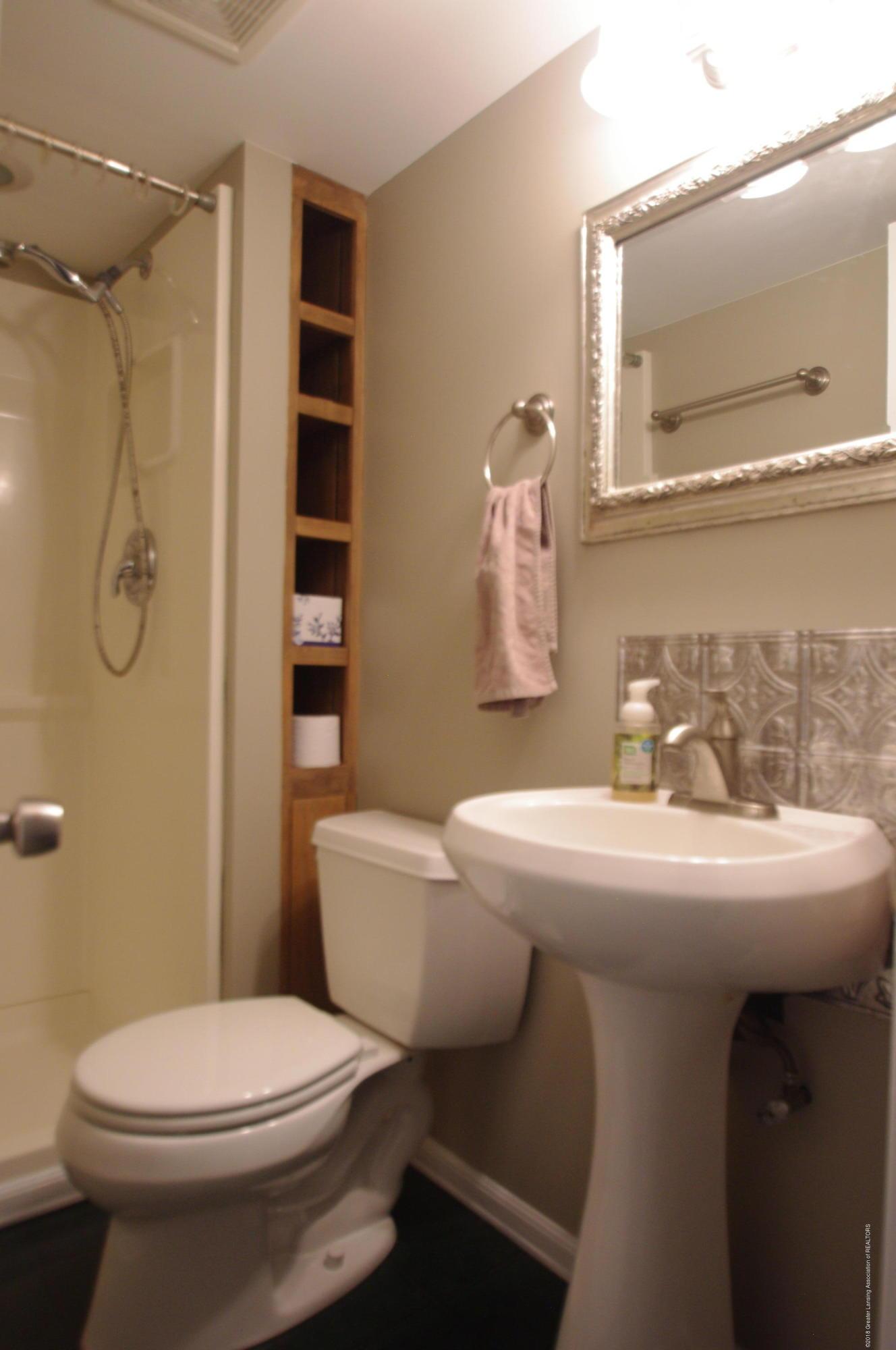 4604 Old Lansing Rd - Full Bath - 15