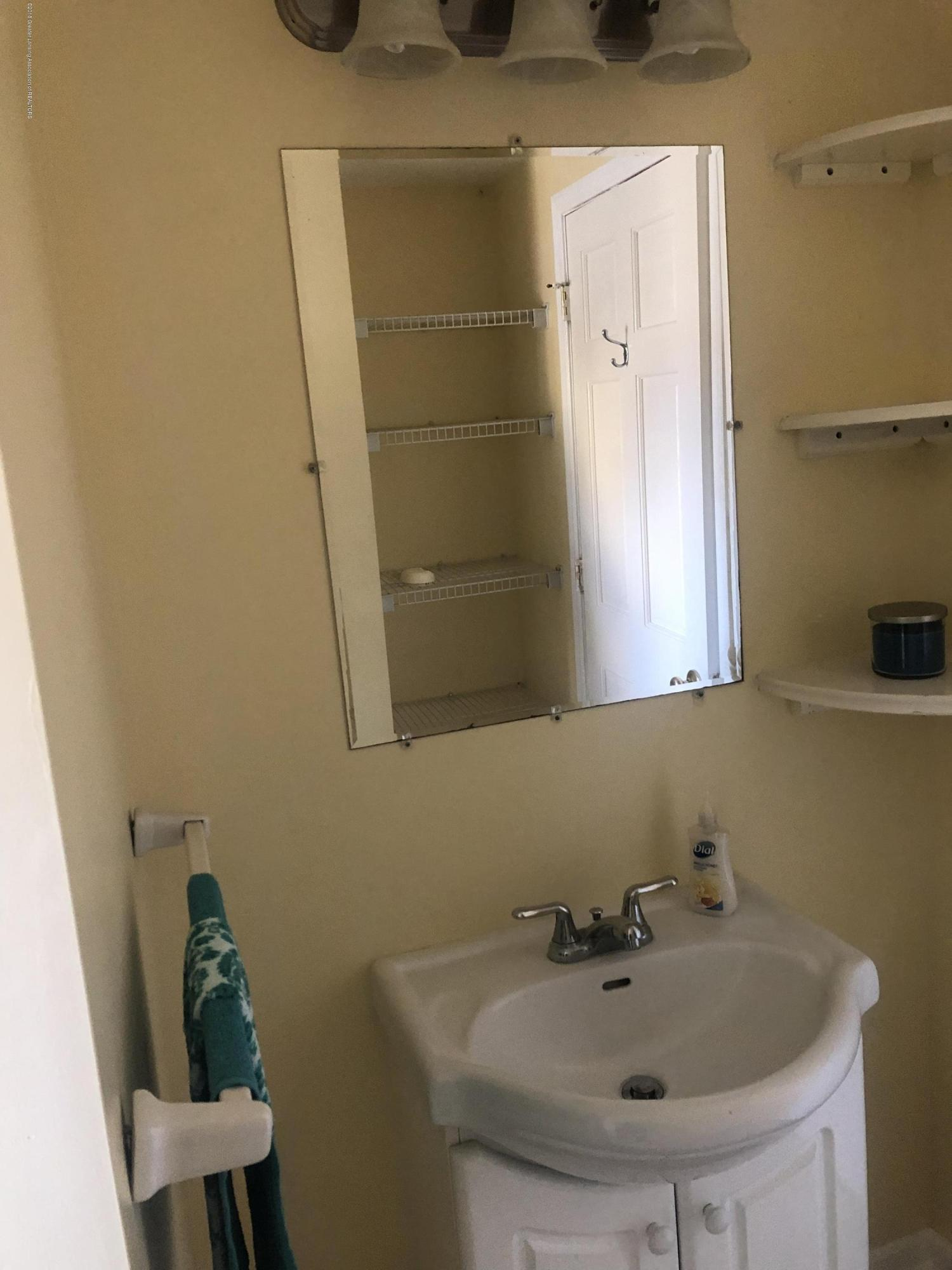 520 Pleasant St - 2nd Floor Full Bathroom - 29
