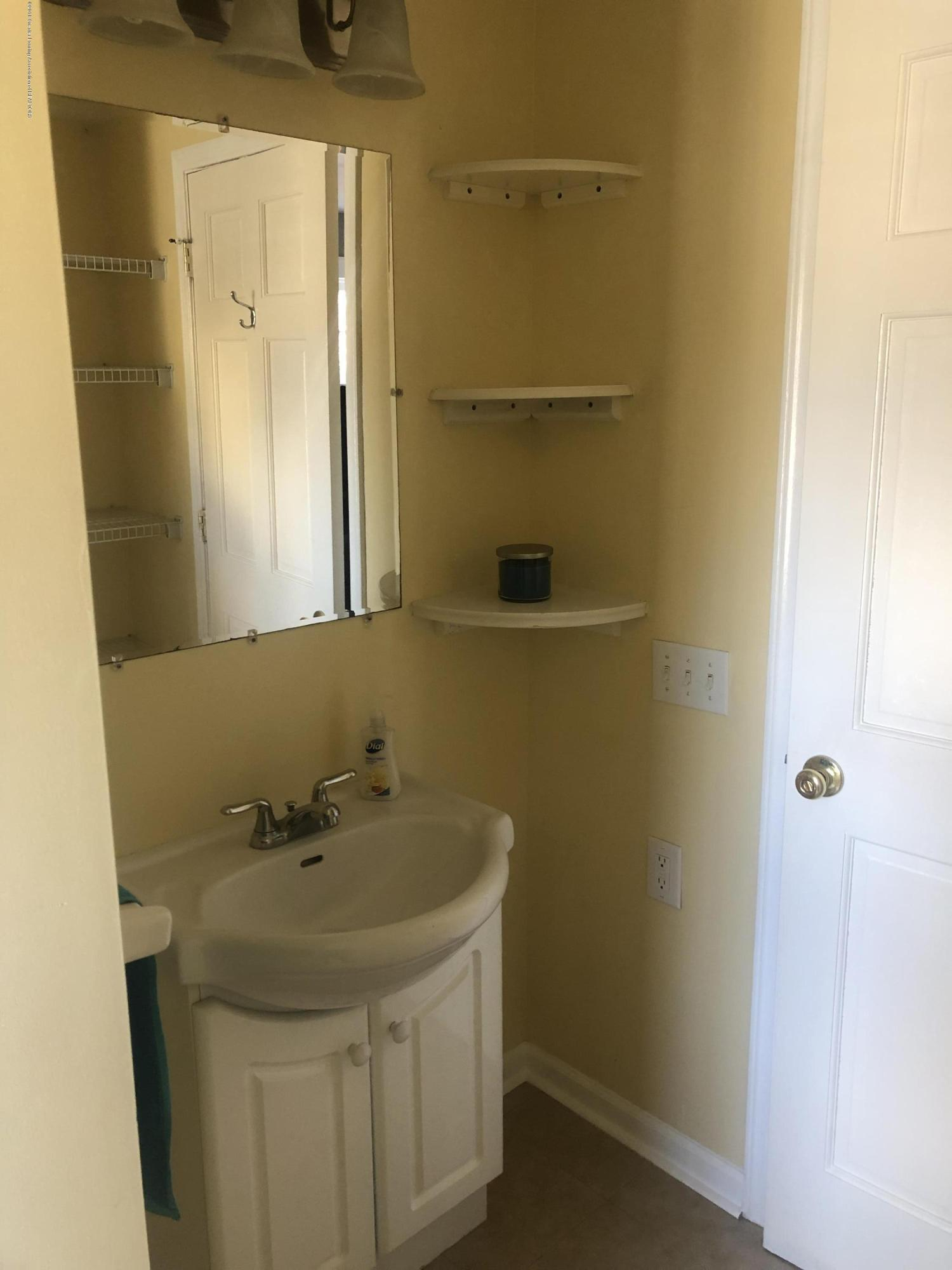 520 Pleasant St - 2nd Floor Full Bathroom - 30