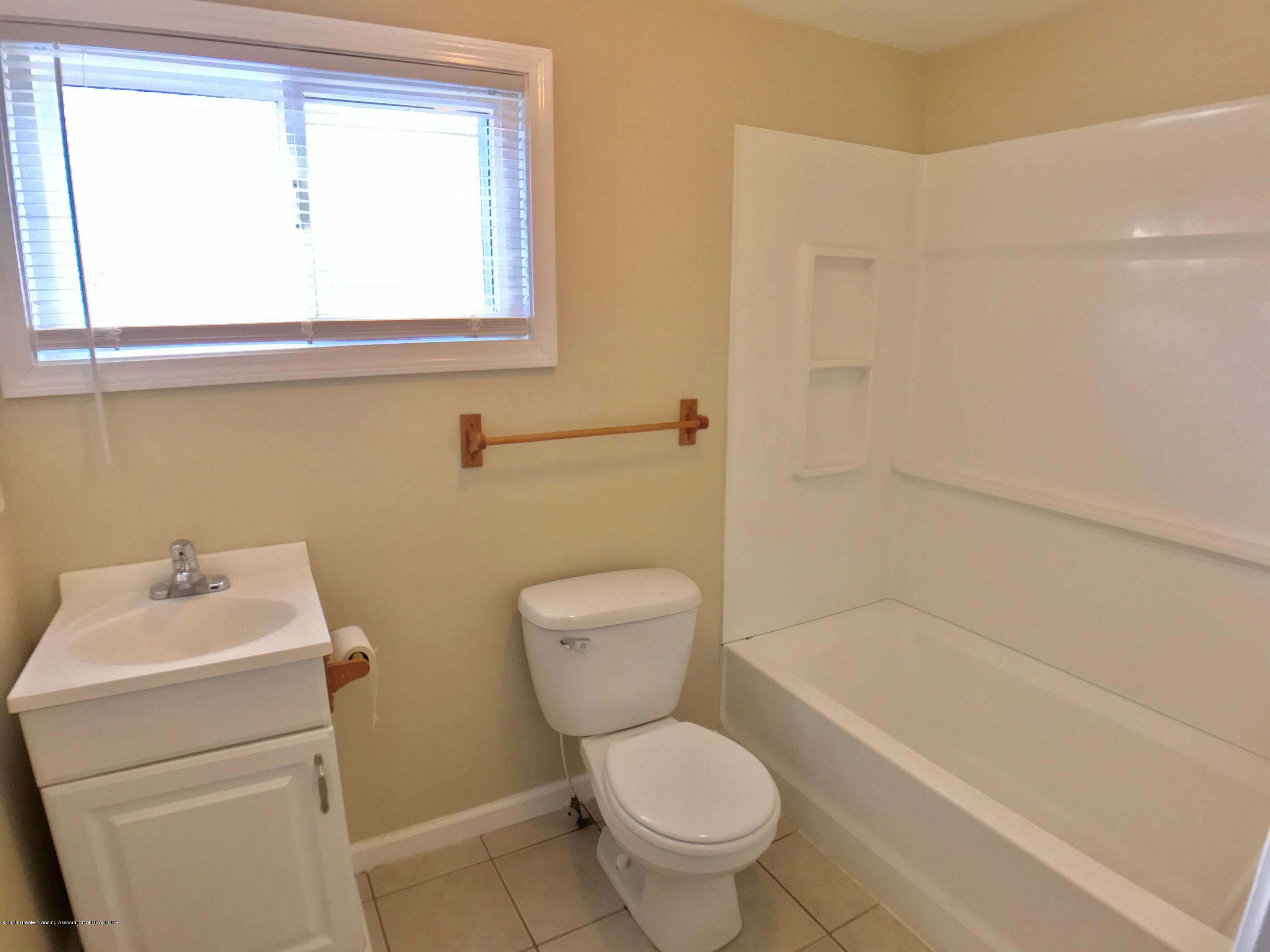 714 N Pine St - Second Level Full Bath - 18