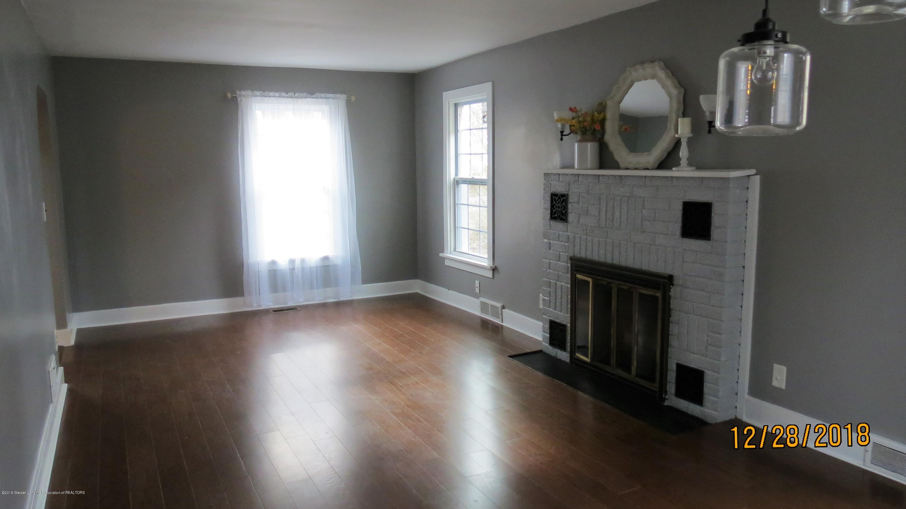 520 Pleasant St - Fireplace in Living Room - 18