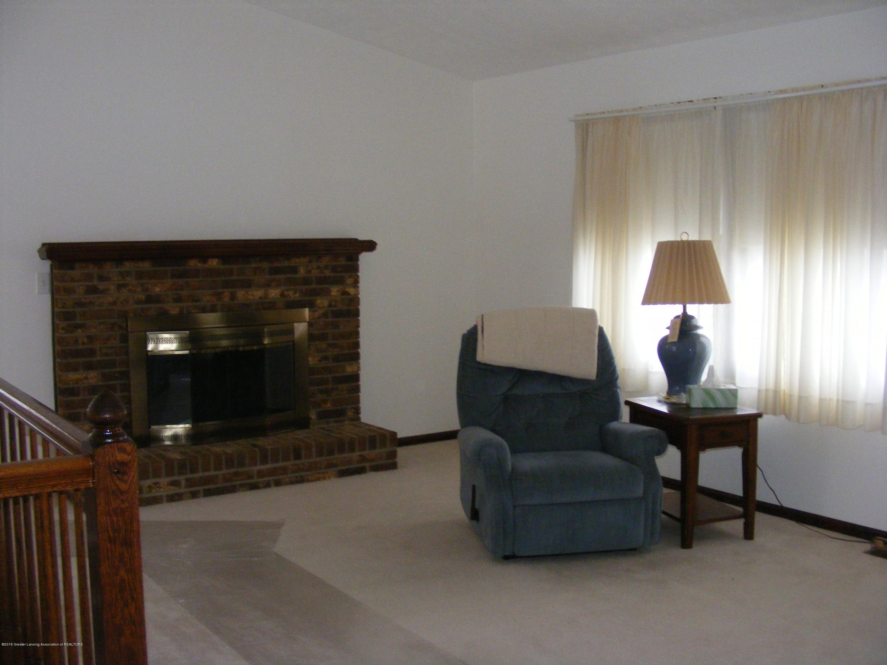1305 Montgomery St - Living & fireplace - 24