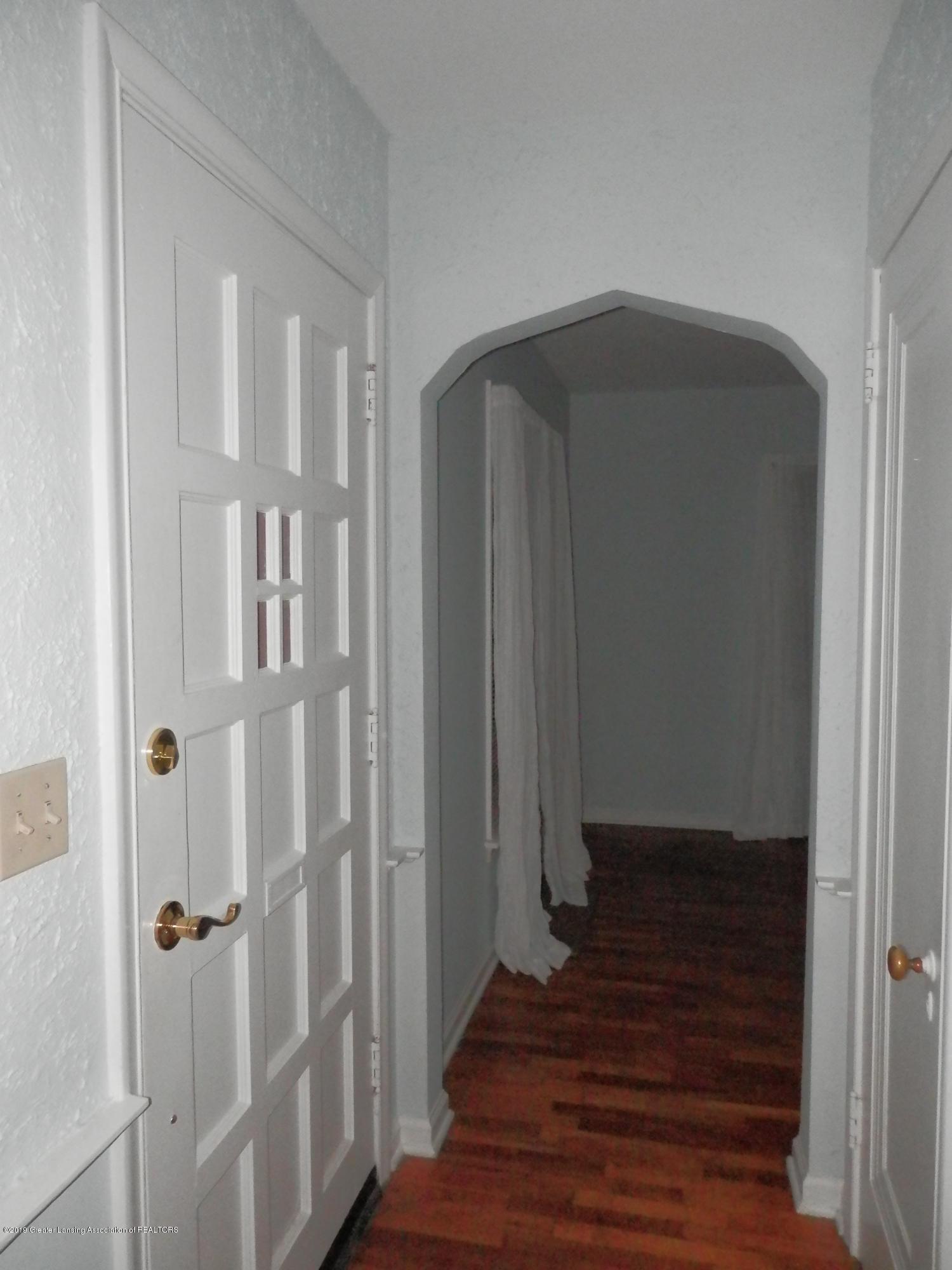 352 Collingwood Dr - Inside front door - 3