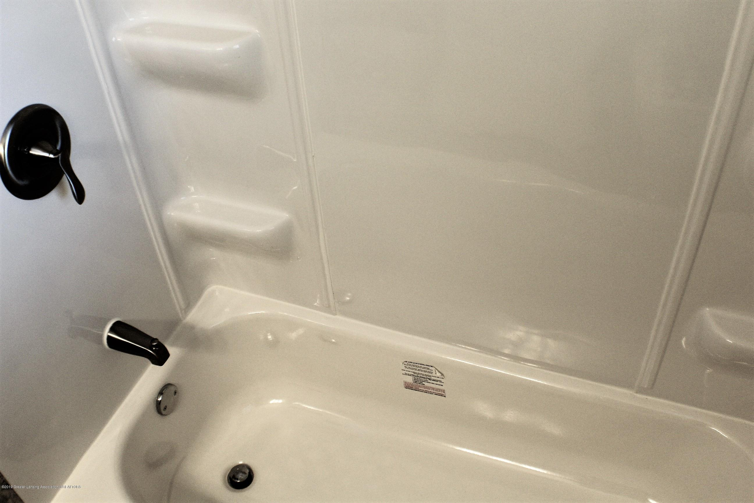 7662 E Saginaw Hwy - New Tub Enclosure - 16