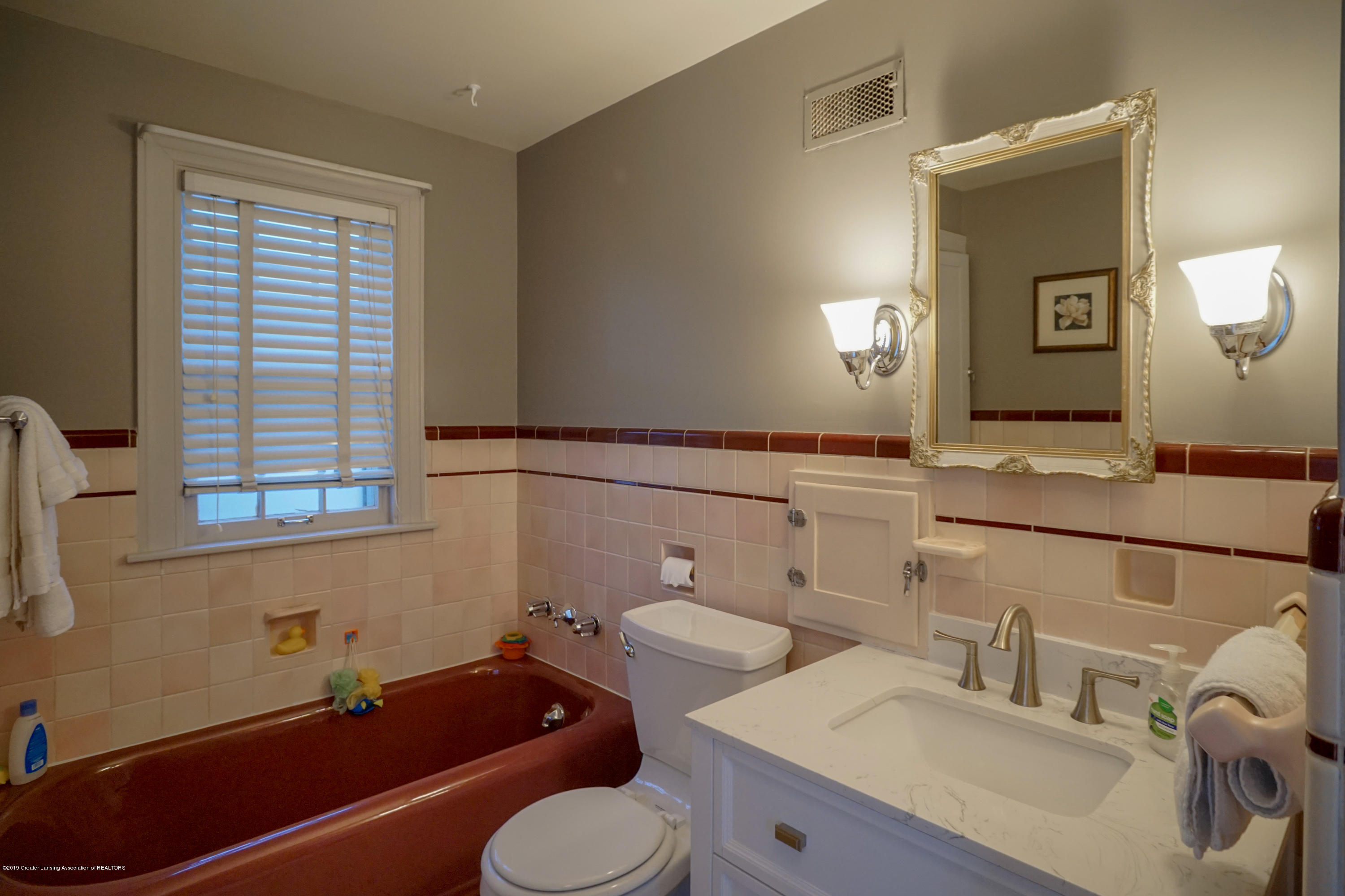 335 Kensington Rd - Full Bath Upper Level - 24