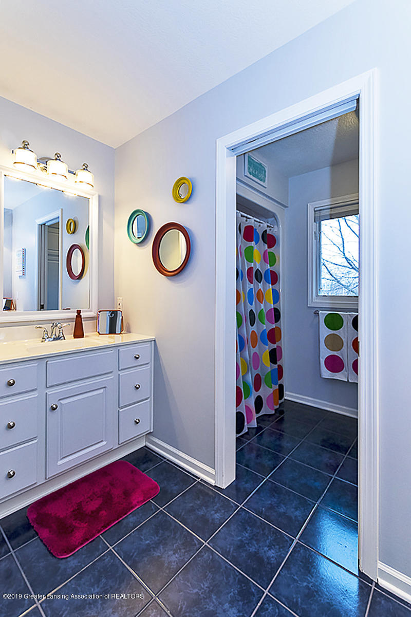 3562 Breezy Point Dr - SHARED BATHROOM - 21