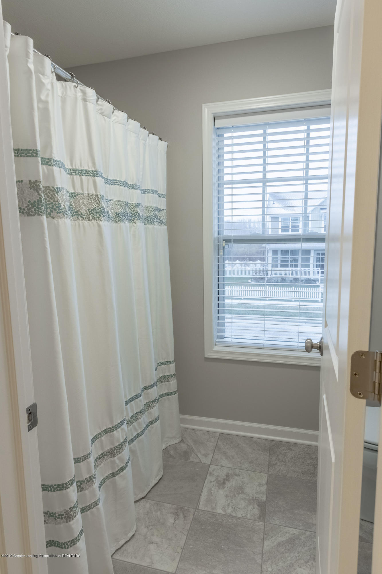 3805 Zaharas Ln - Full Upper Level Bath - 36
