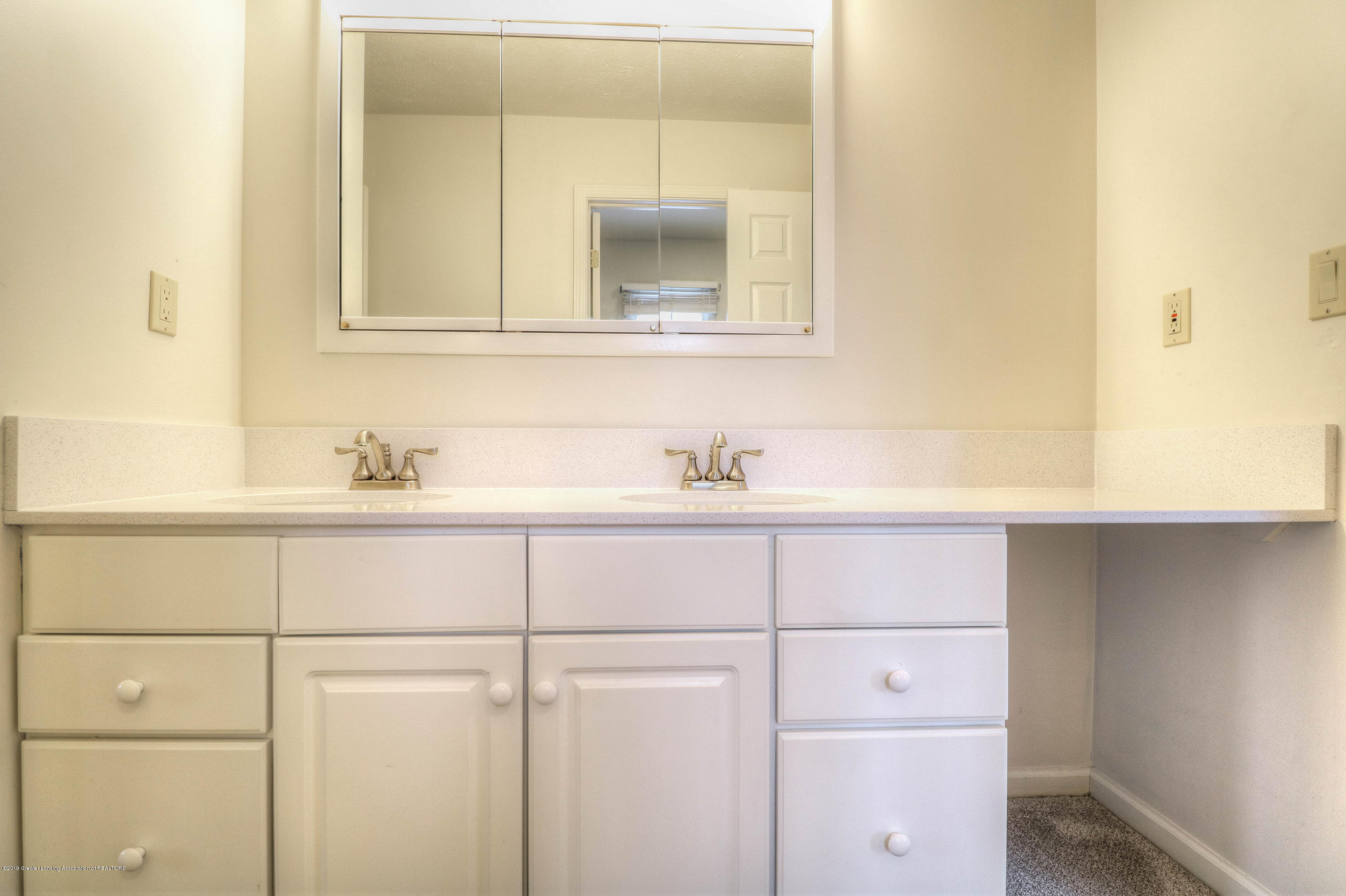 804 Sunrise Cir - Jack / Jill Bathroom - 22