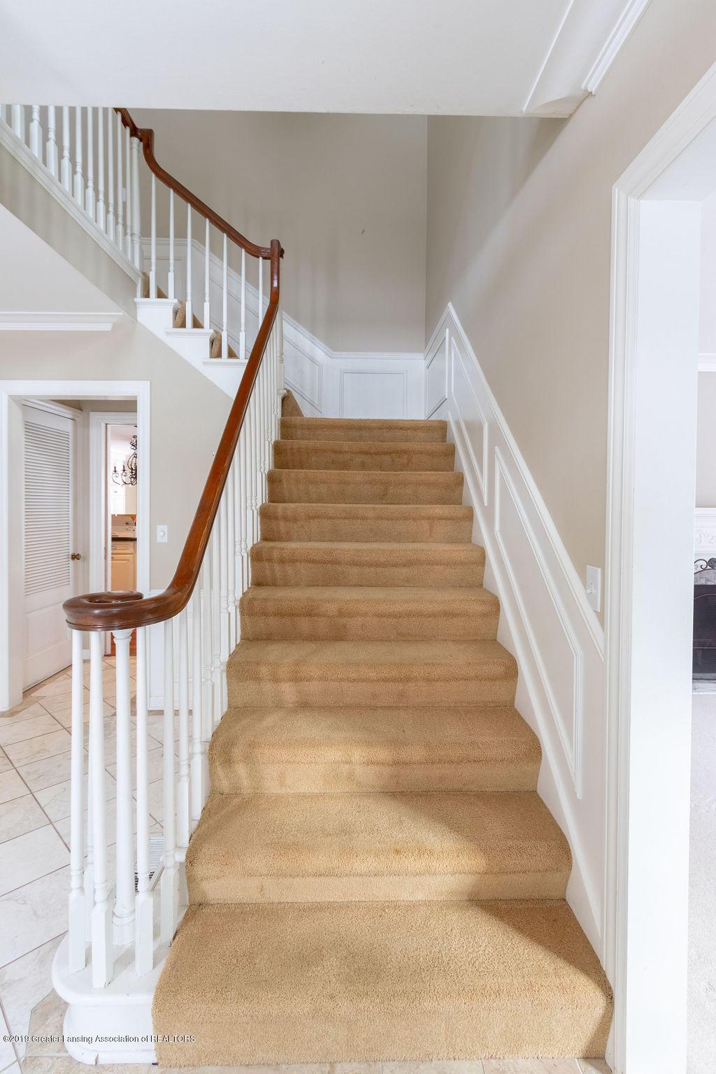 1456 Meadowbrook Ln - front stairway - 7