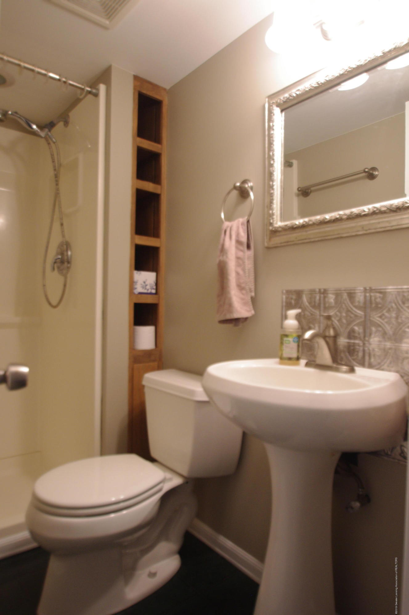4604 Old Lansing Rd - Full Bathroom - 15