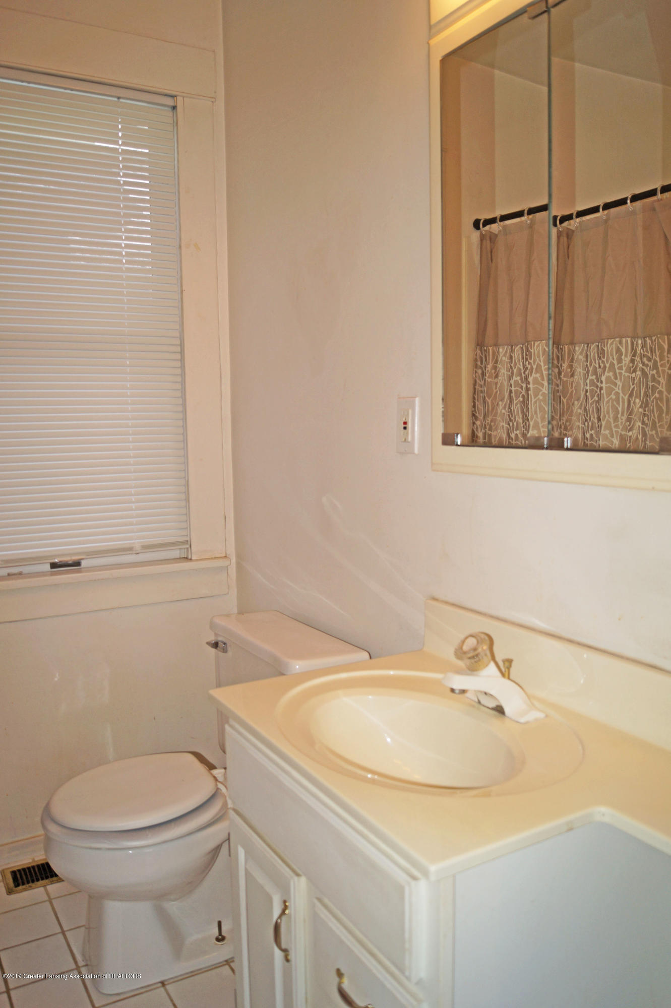 2463 S Rundle Ave - Bathroom - 11