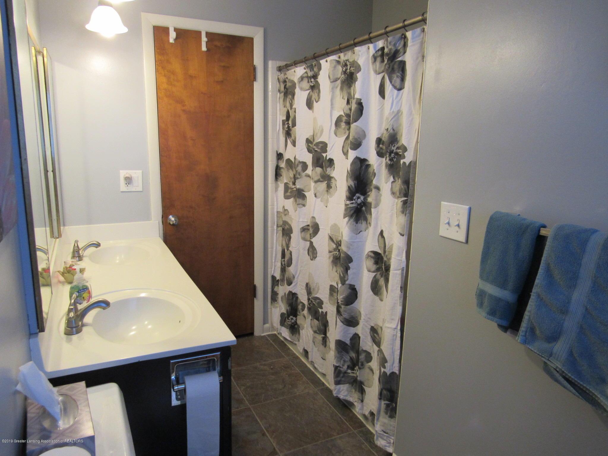 3466 Beechwood Dr - Bathroom 2 sinks - 23