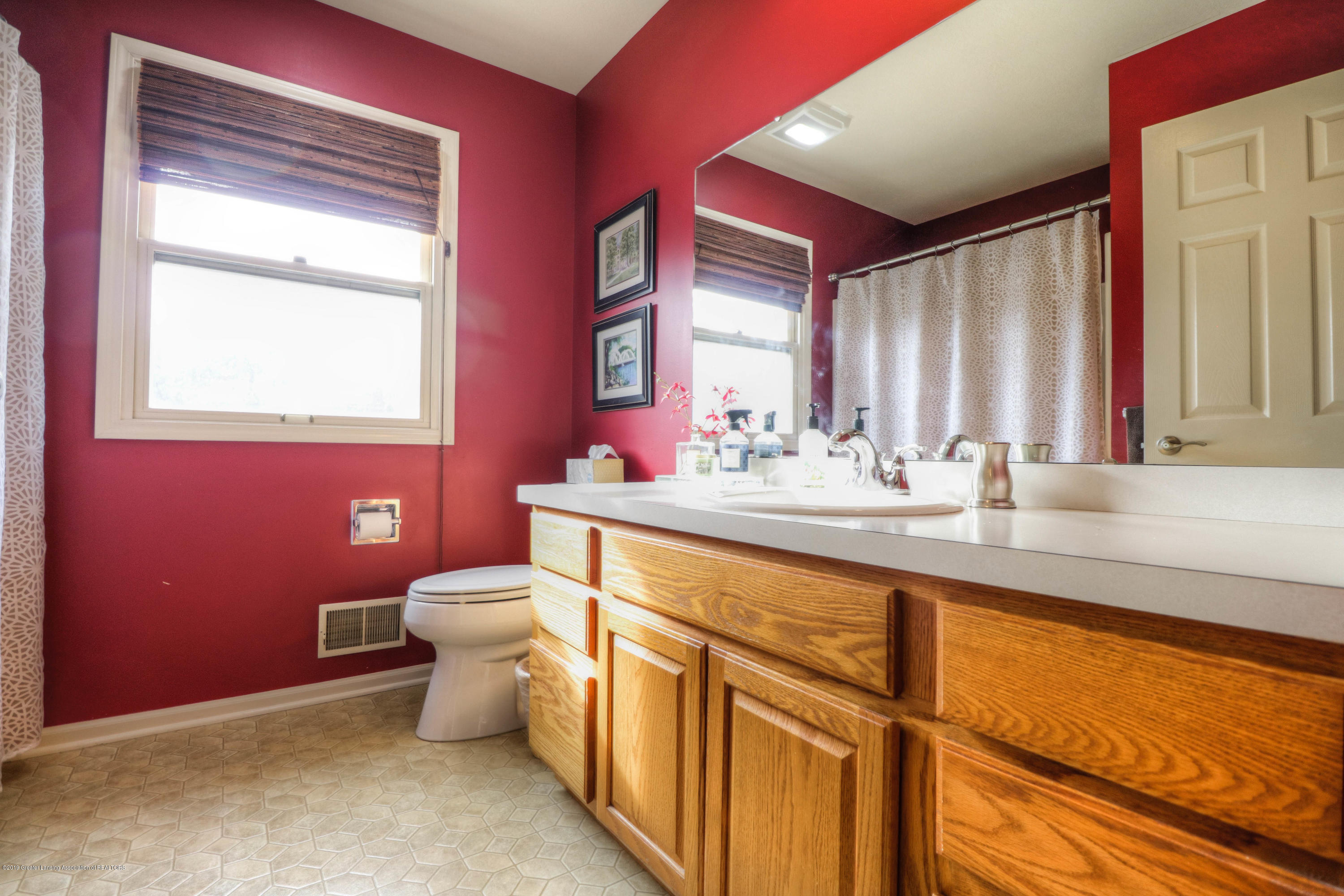 2181 Moorwood Dr - Upstairs Full Bath - 16