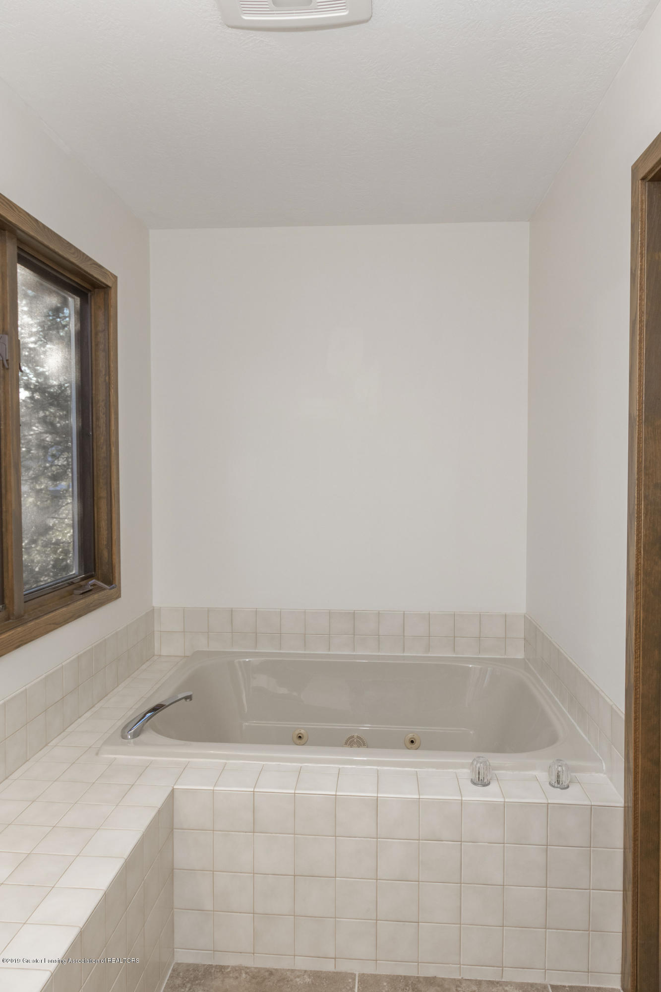 2543 Dustin Rd - Master bath tub - 39