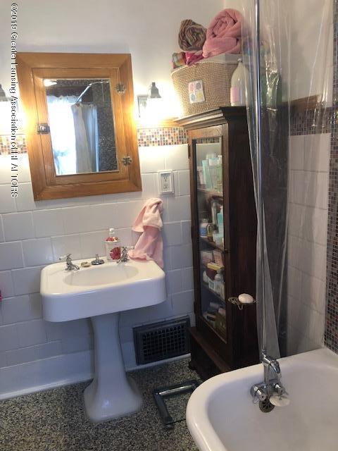 331 E Grand River Ave - 331 E GR bath 5 - 26