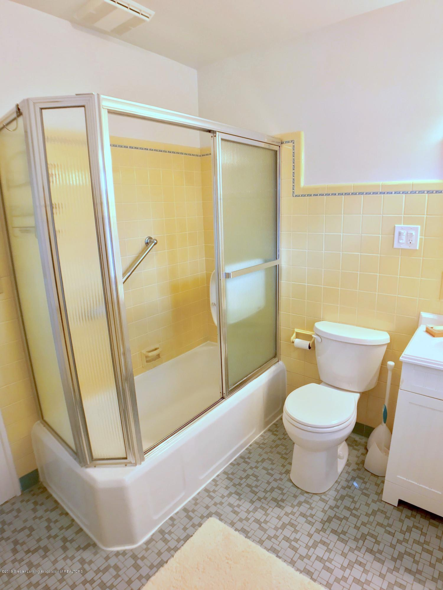 246 University Dr - Second Level Full Bath - 29
