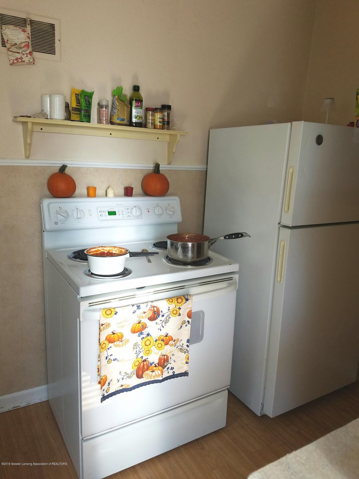 2810 E Saginaw St - Kitchen - 4