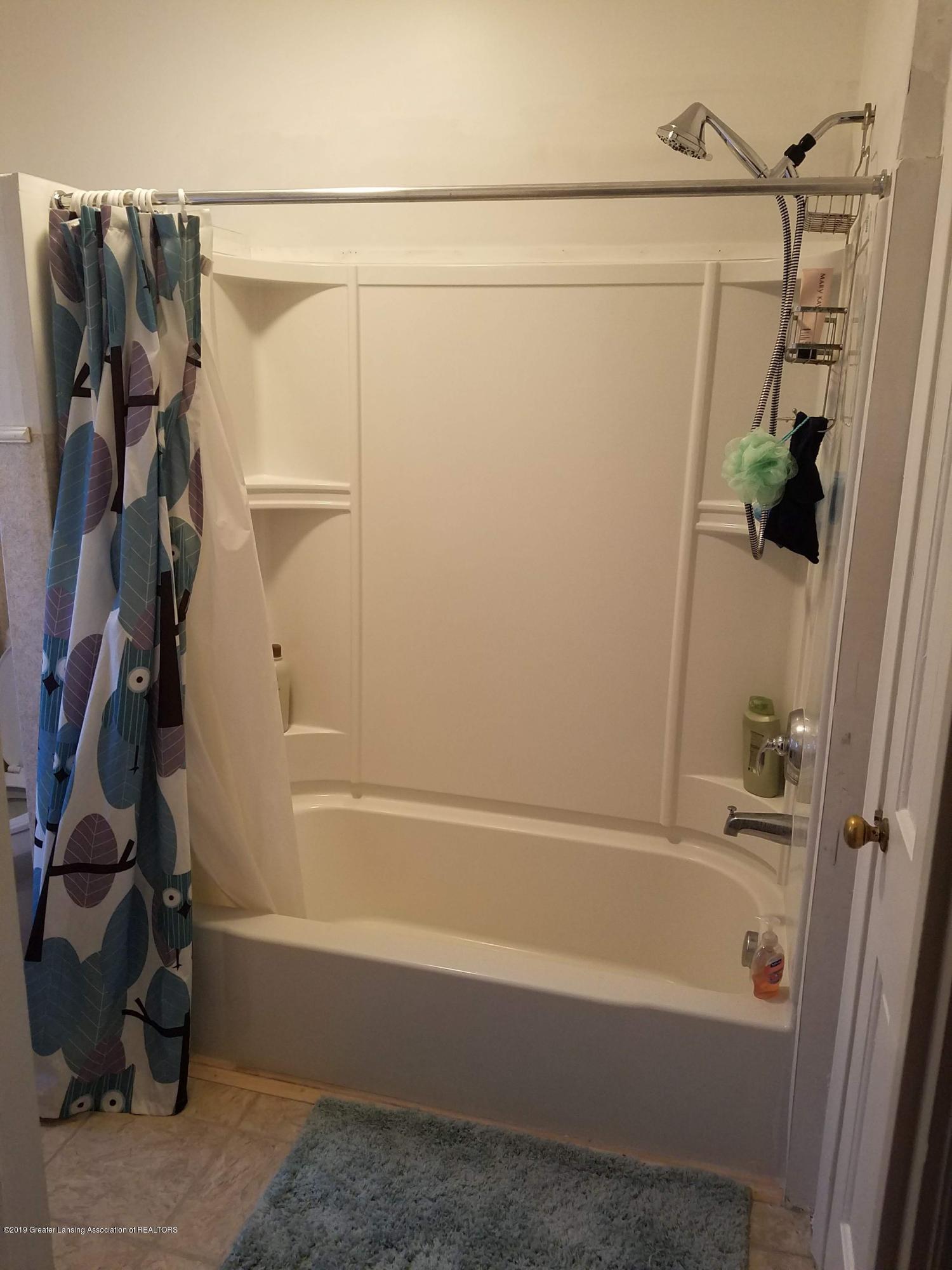 2810 E Saginaw St - Main Bathroom - 5