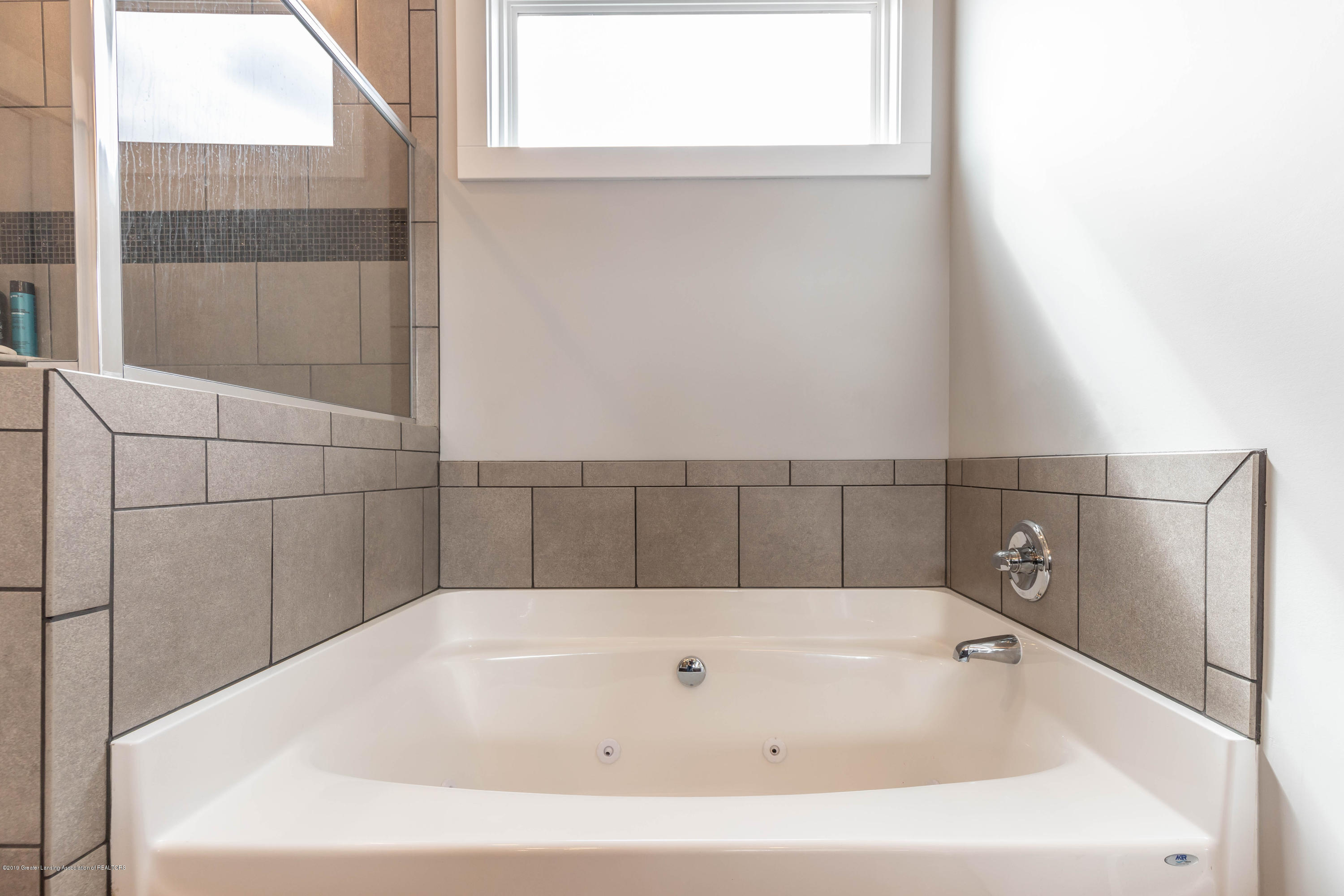 10565 Saddlebrook Dr - master tub - 22