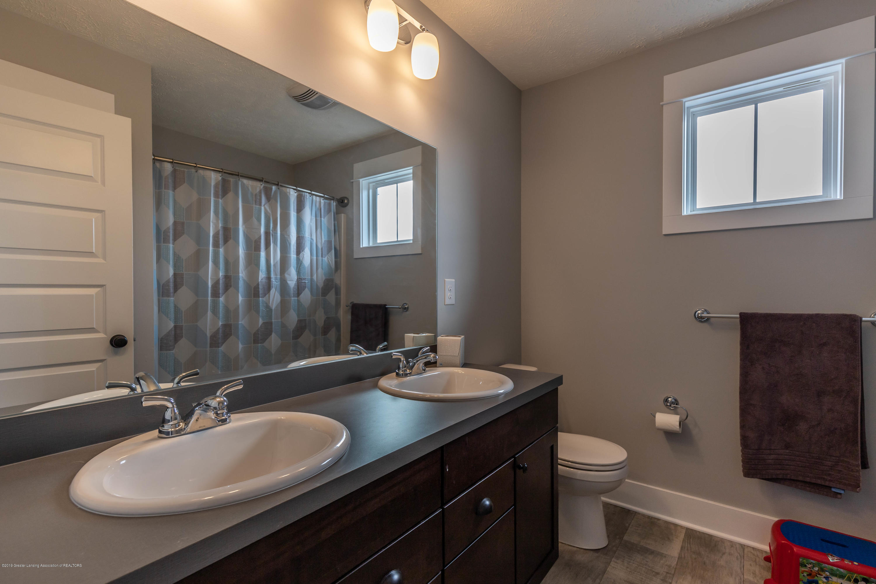 10565 Saddlebrook Dr - upper bathroom - 24