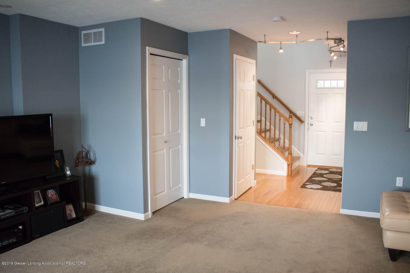 5910 Hickory Hill Dr - Living/Foyer Area - 36