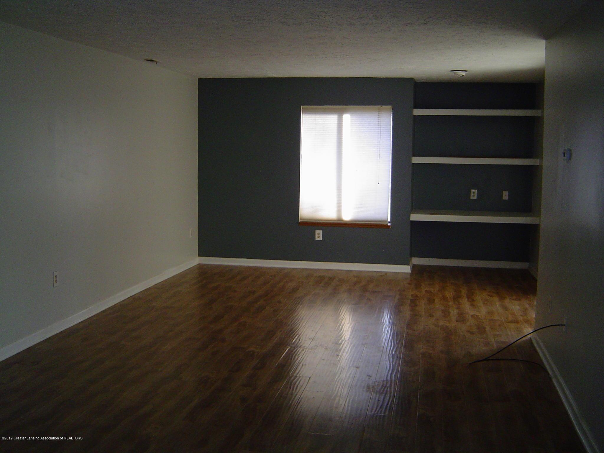 1563 West Pond Drive 11 - Living Room - 6