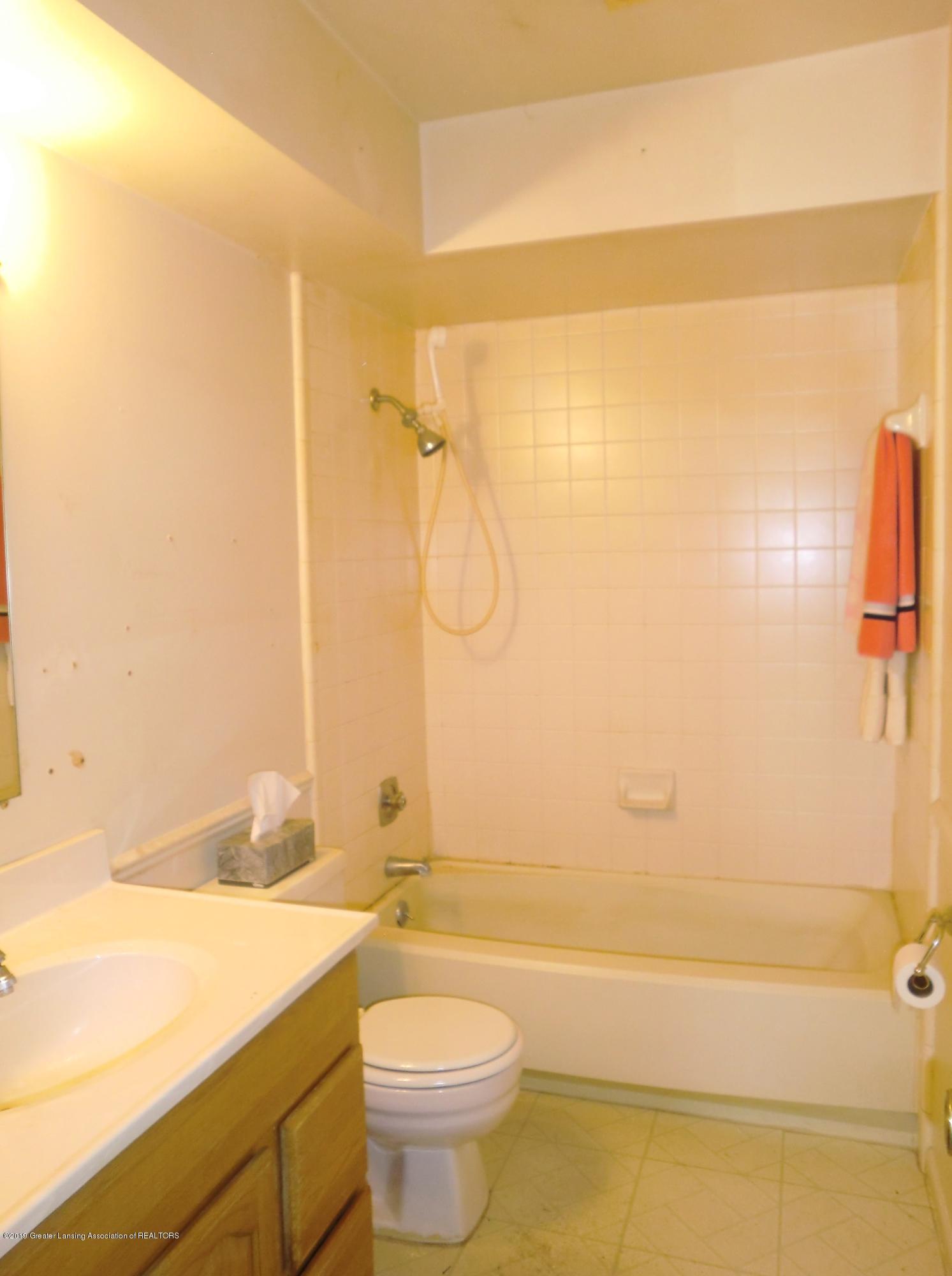 1301 W Barnes Ave - Full Bath - 7