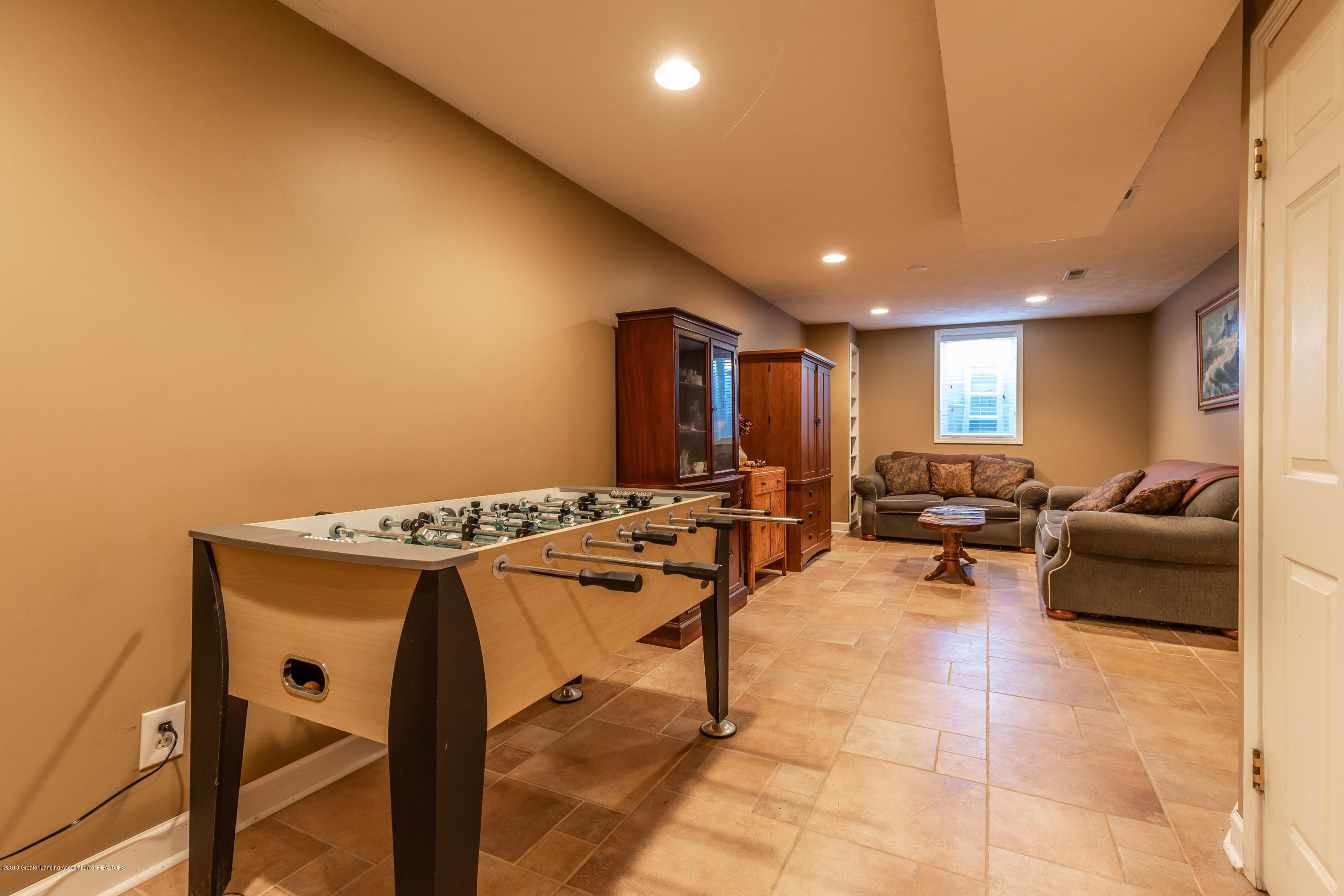 1570 Jacqueline Dr - Family room with Game area - 24