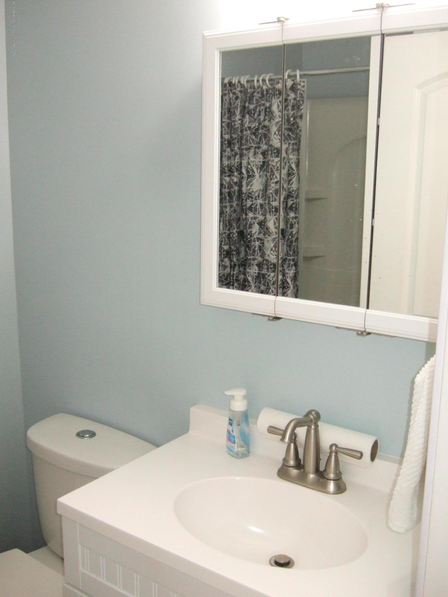 423 W Hillsdale St - 2nd Floor Full Bath - 28