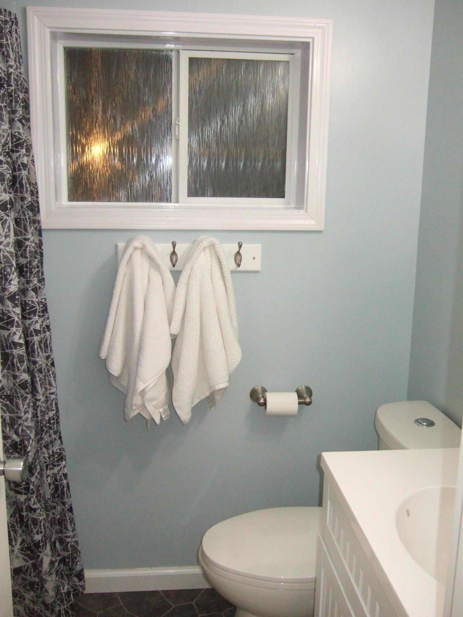 423 W Hillsdale St - 2nd Floor Full Bath - 29