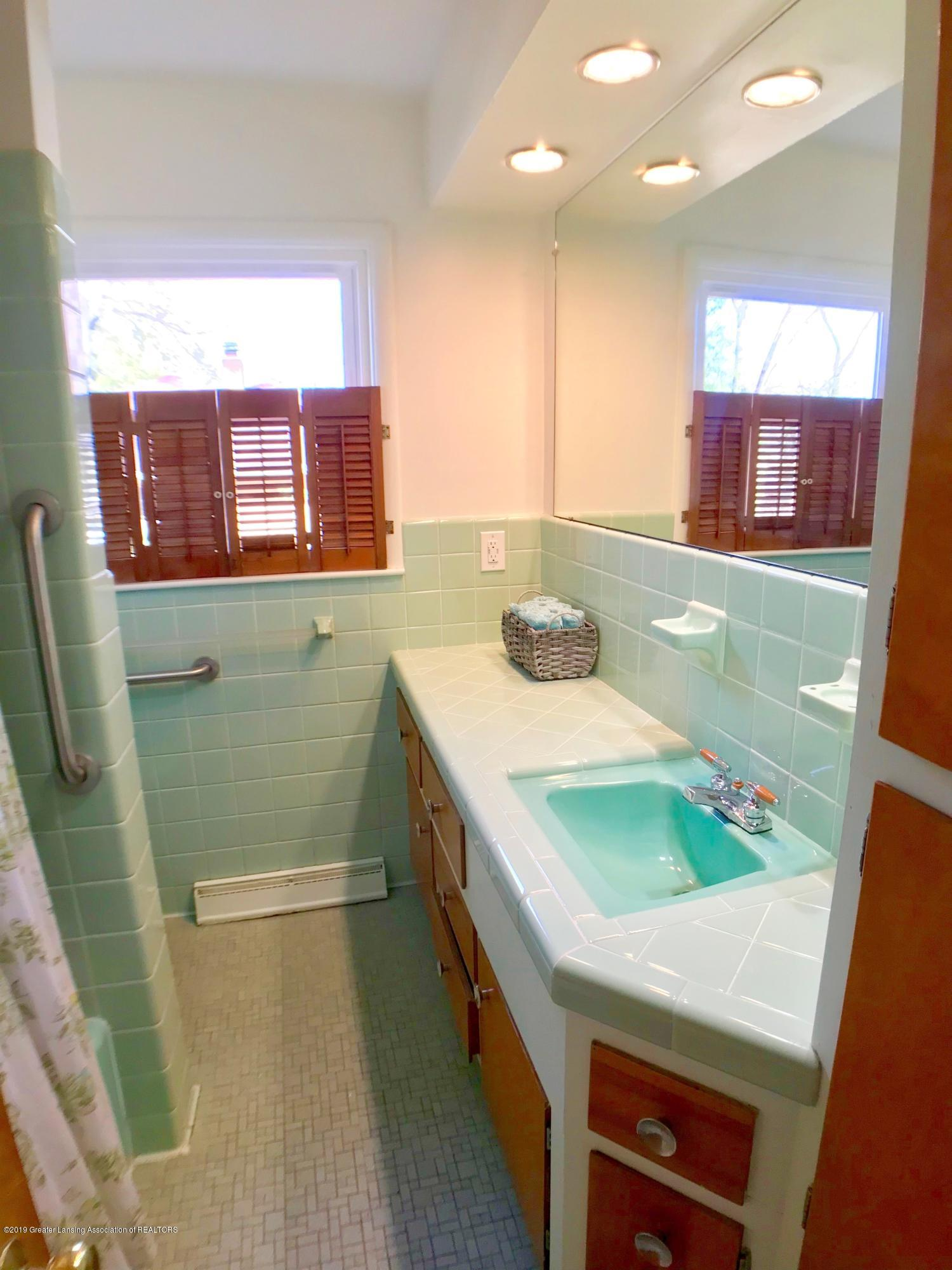 4437 Greenwood Dr - Main Floor Full Bath - 17