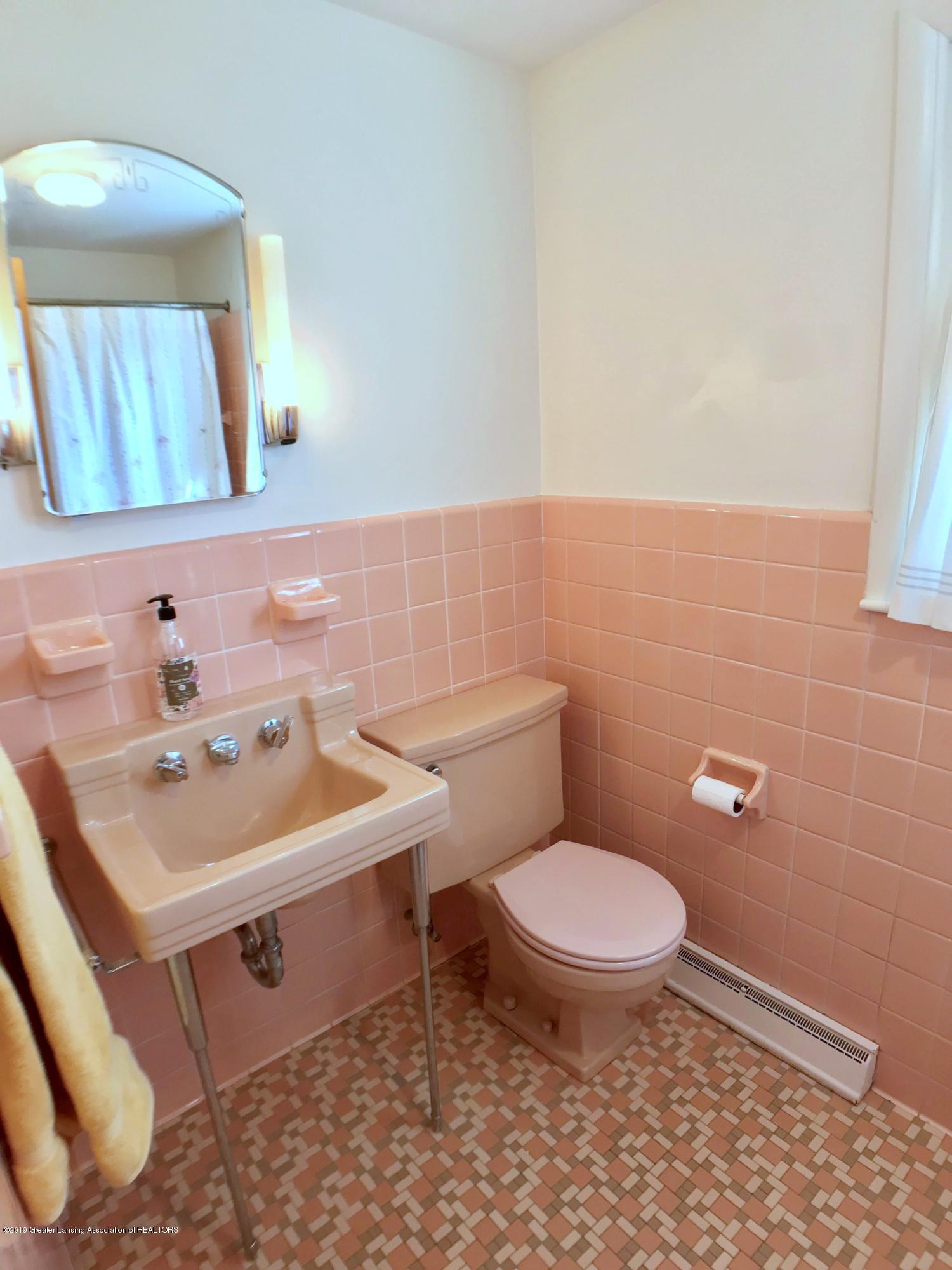 4437 Greenwood Dr - Second Floor Full Bath - 24
