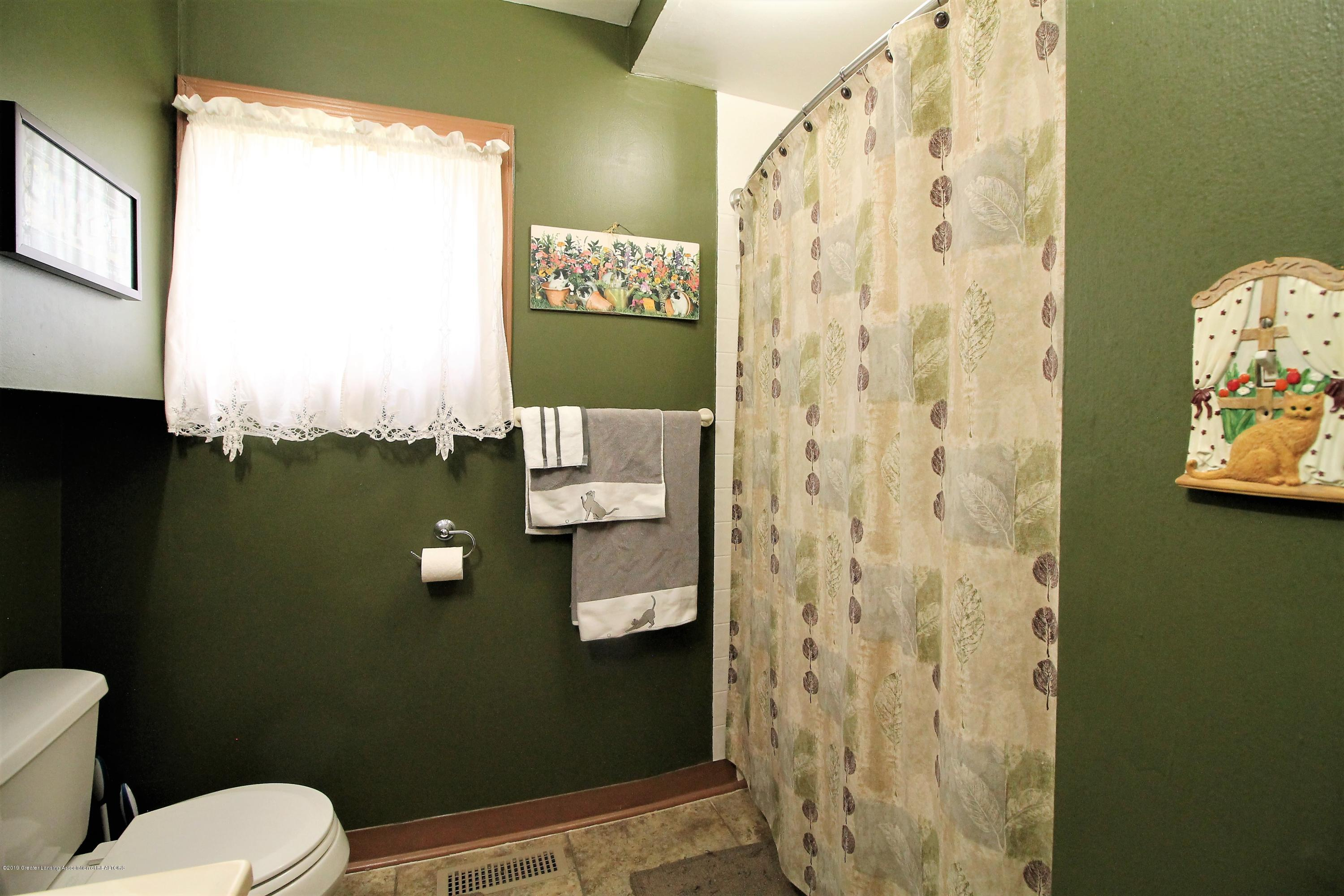 538 Bentley St - shower in bathroom - 8