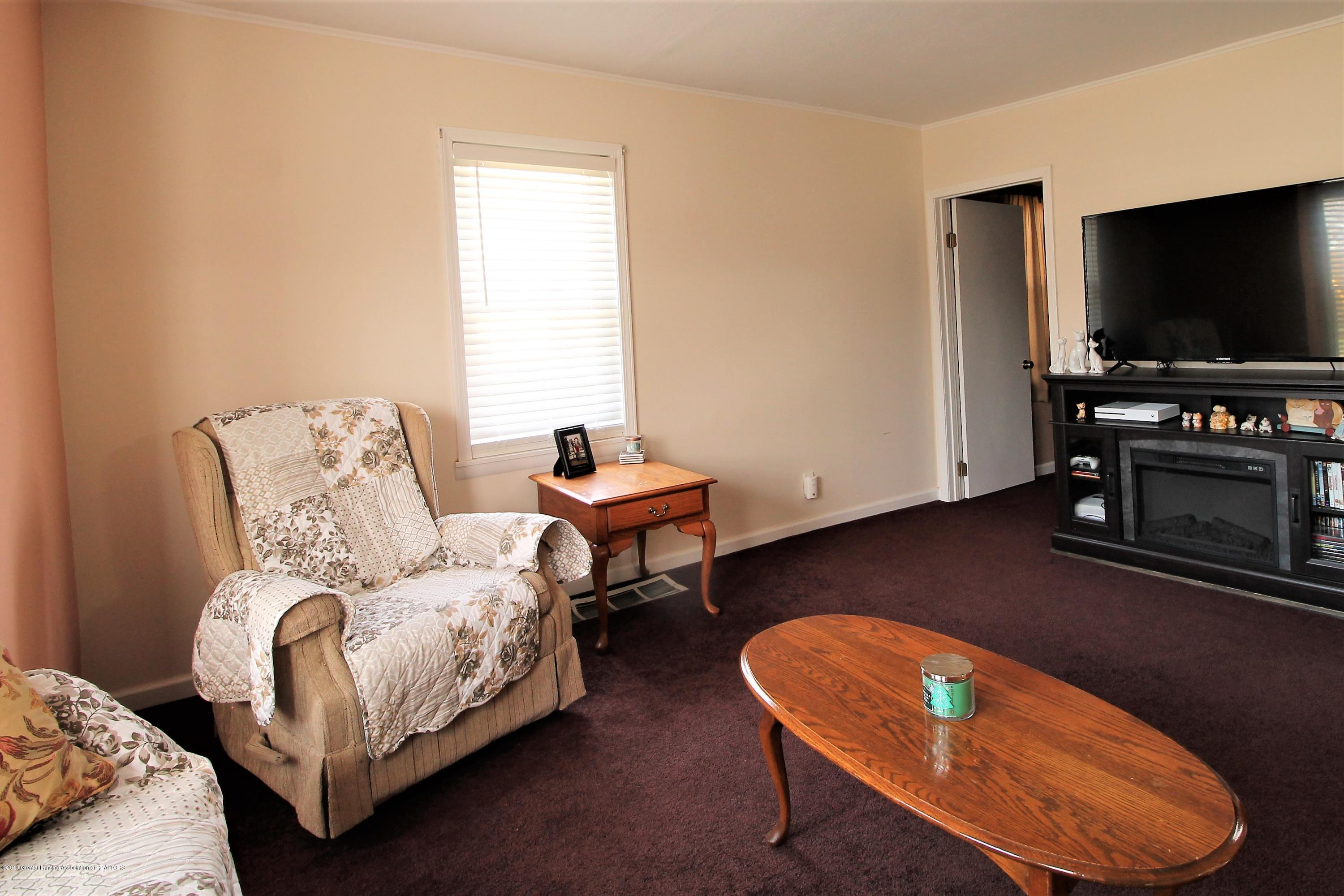 538 Bentley St - other side of living room - 10