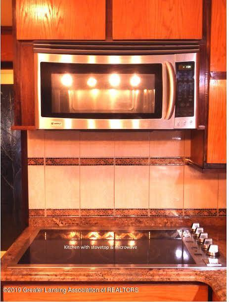 3863 Waverly Hills Rd - Kitchen cooktop and microwave - 34