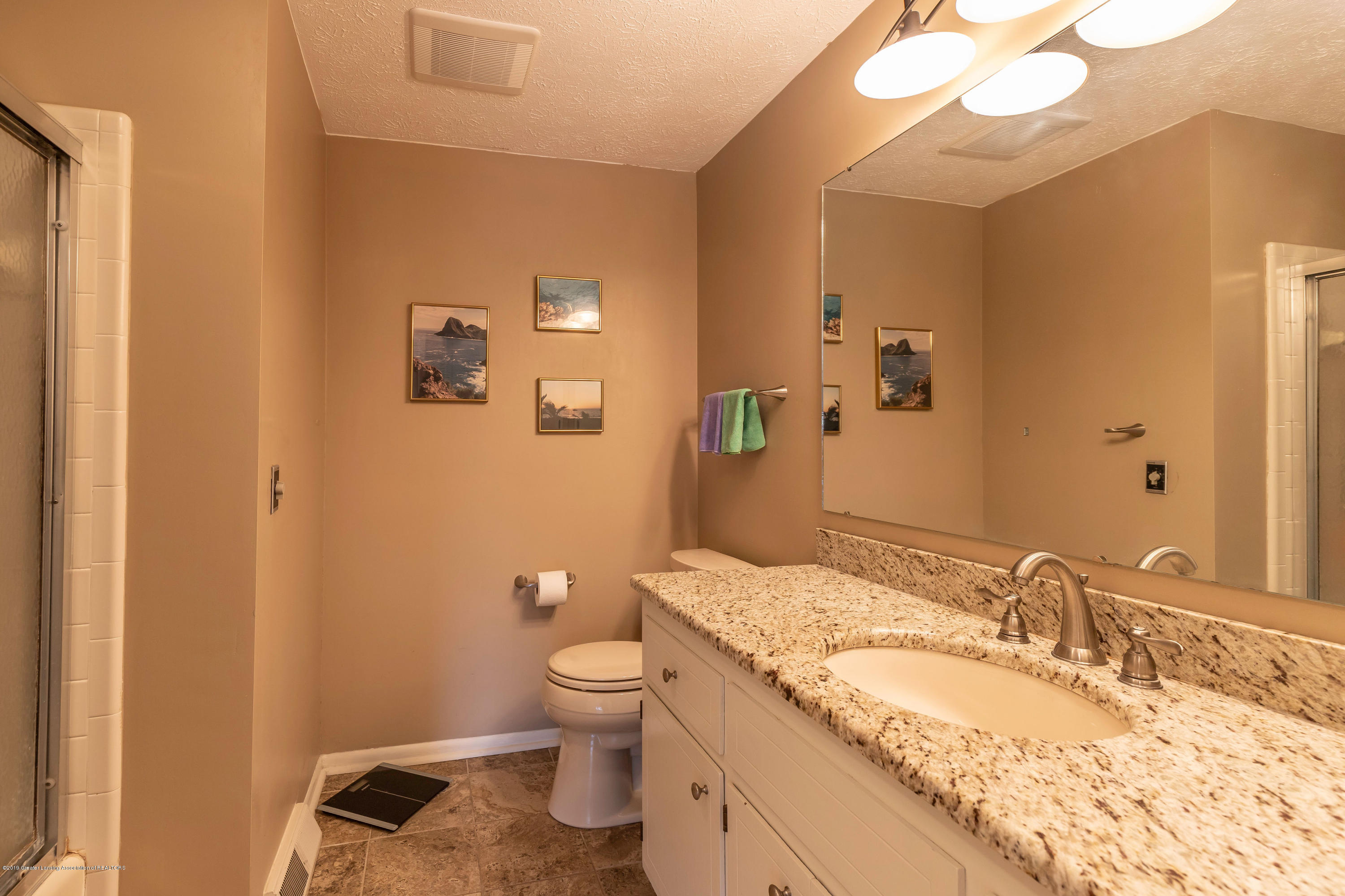 2080 Tamarack Dr - Upper Level Full Bath - 35