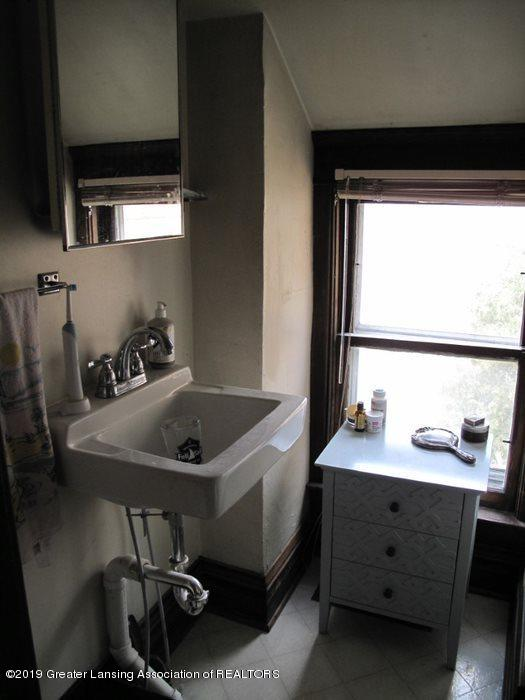 307 W Willow St - upstairs bath - 22