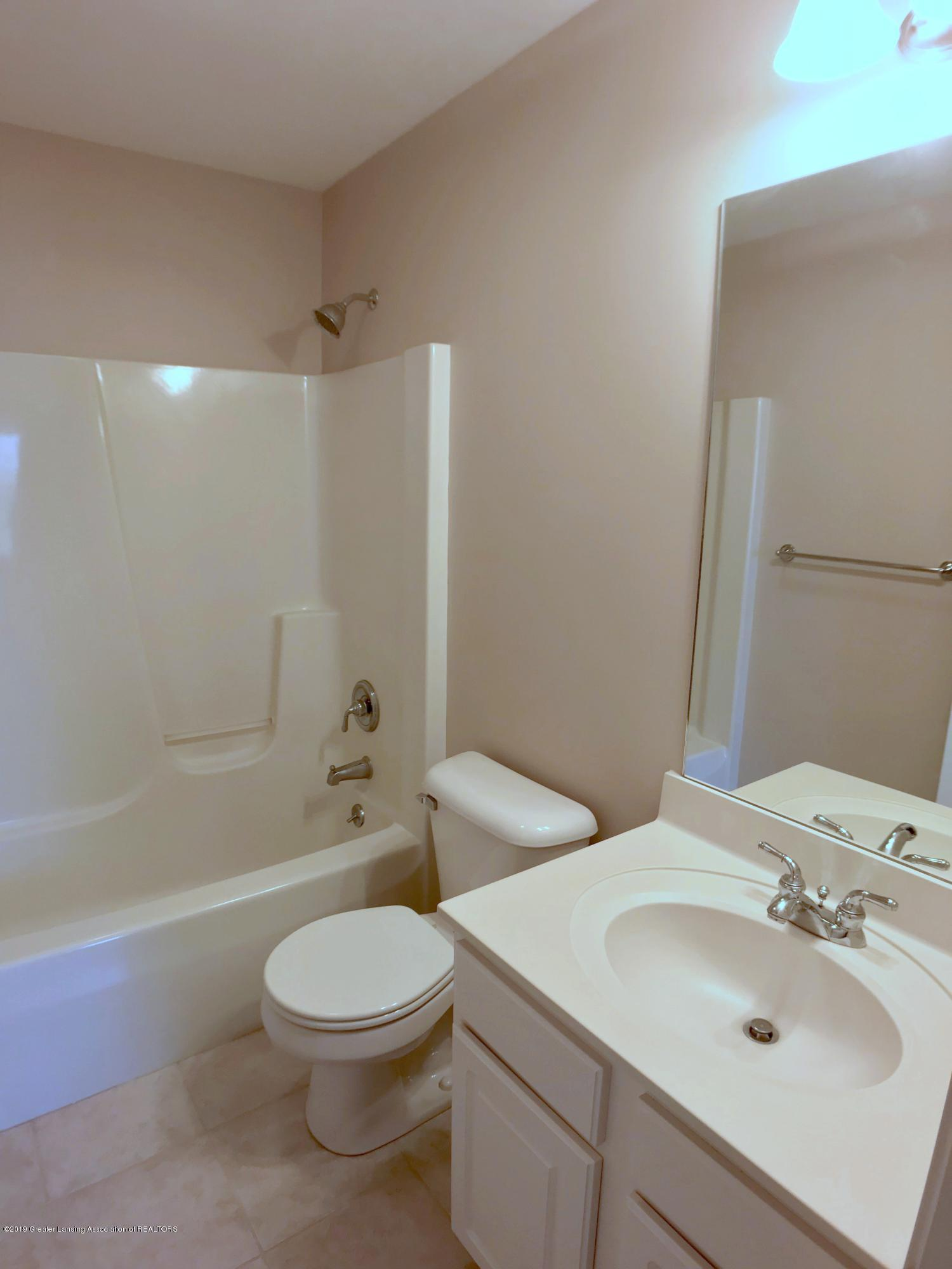 2365 Fieldstone Dr - Second Levell Full Bath - 18