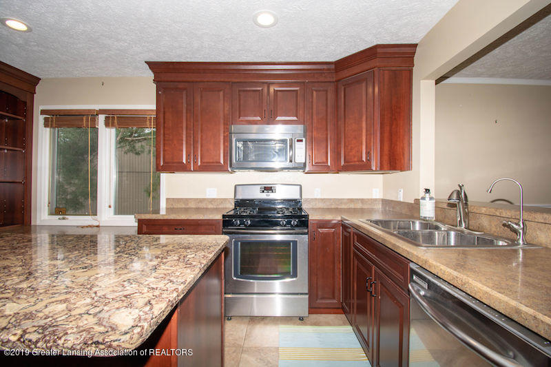 5258 E Hidden Lake Dr - Kitchen w/ Gas Stove - 11