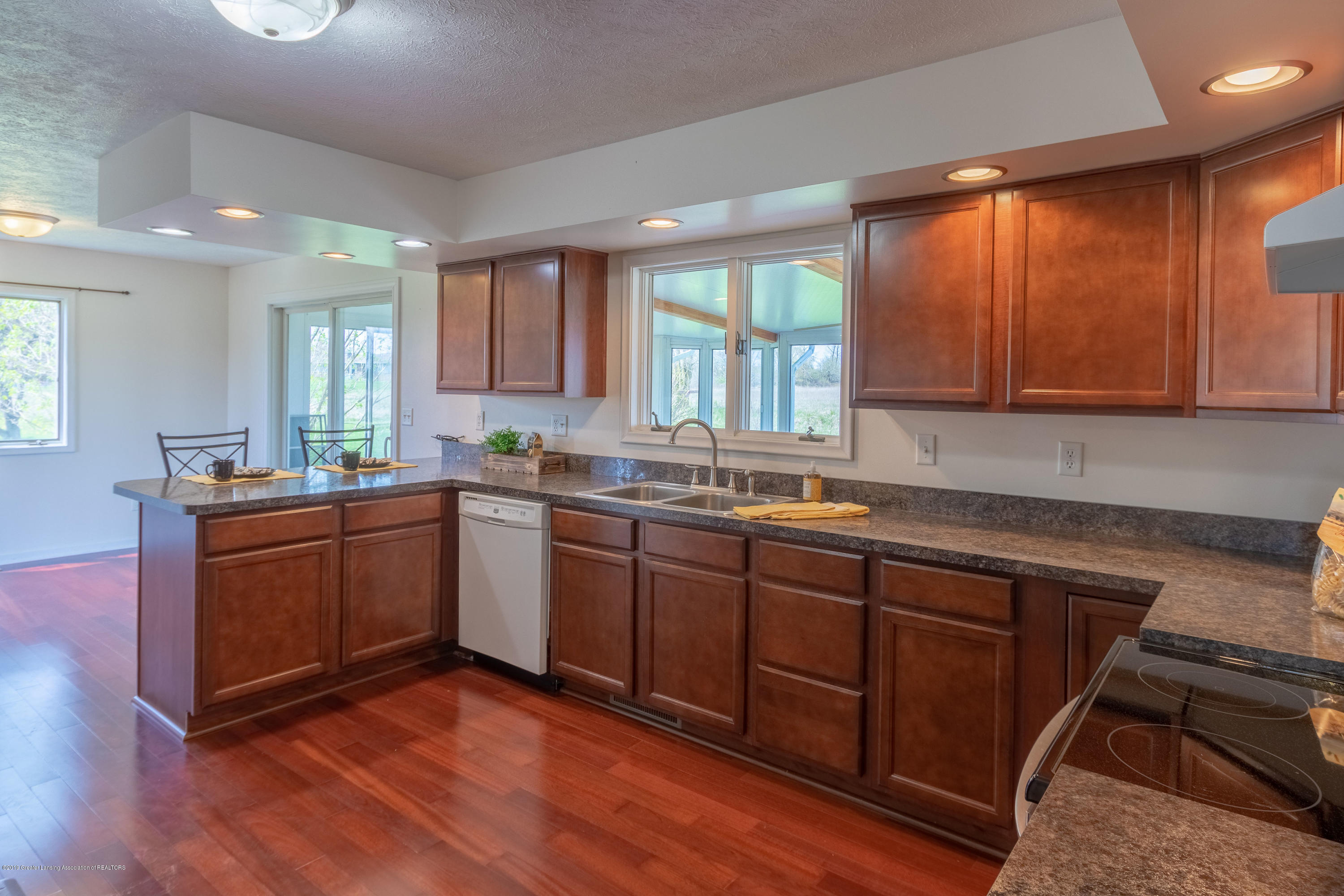 415 Holt Rd - Kitchen area - 18