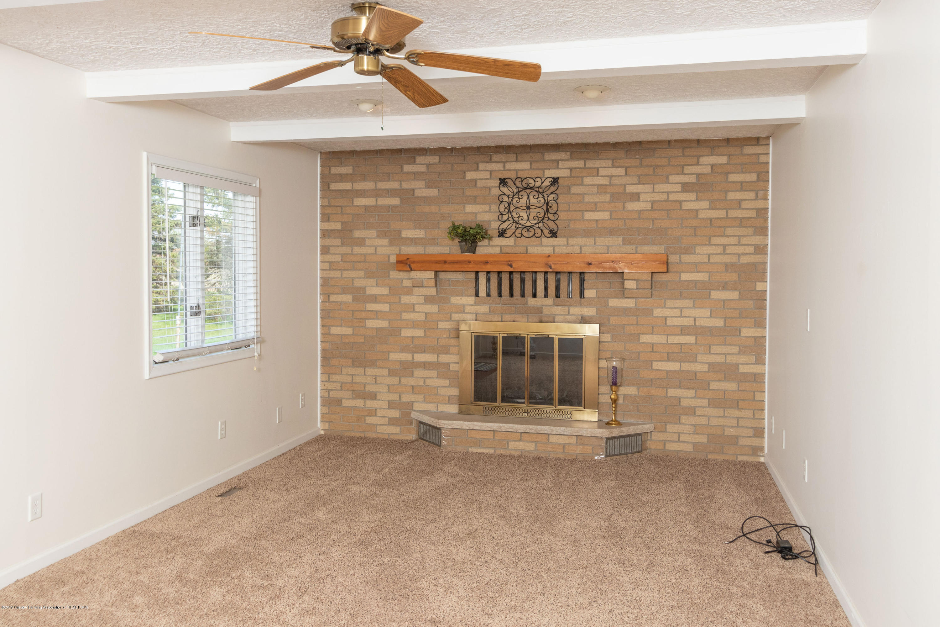 415 Holt Rd - Family room with fireplace - 25