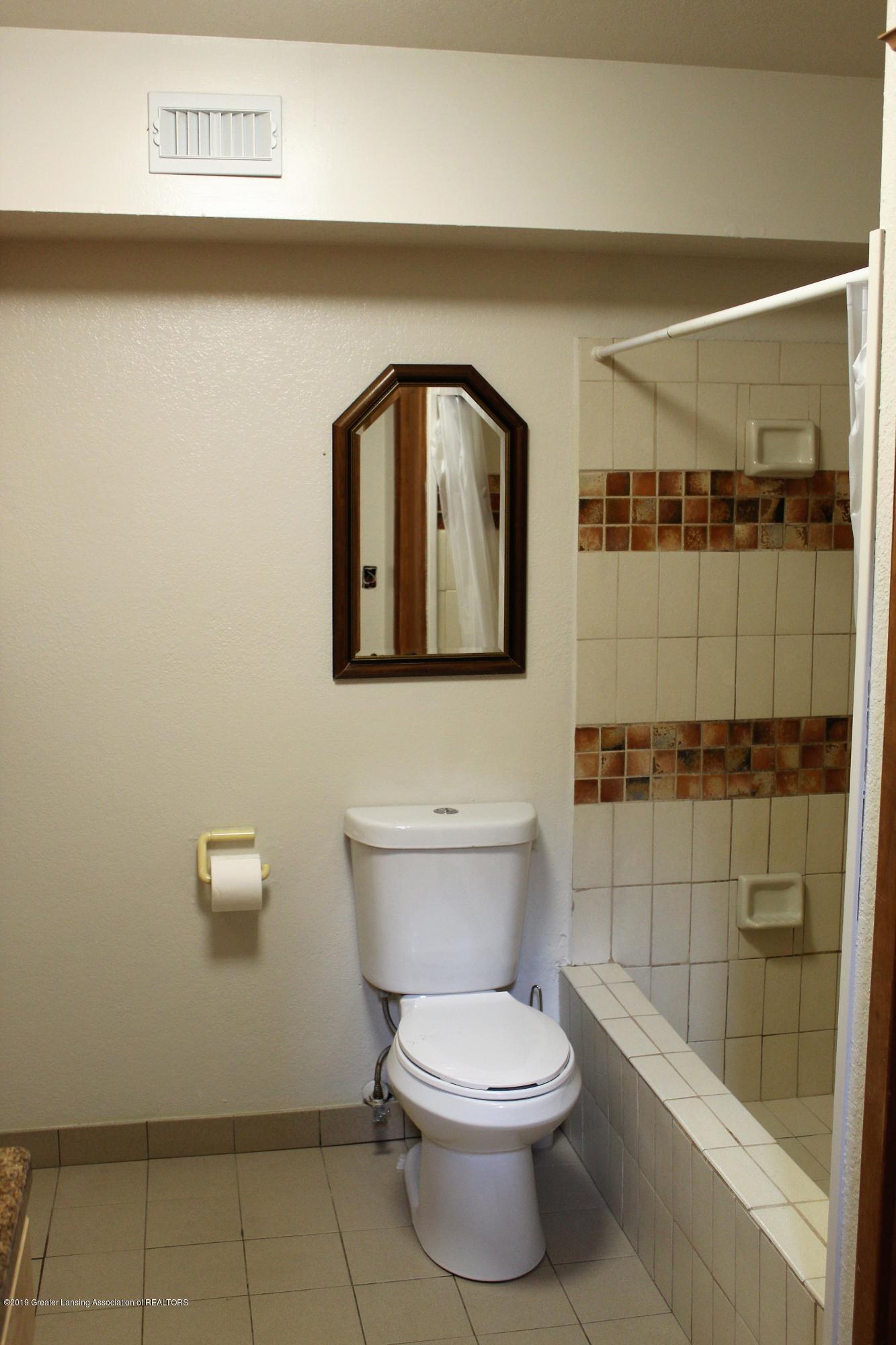 481 Haslett Rd - Bathroom off bedroom #3 - 22