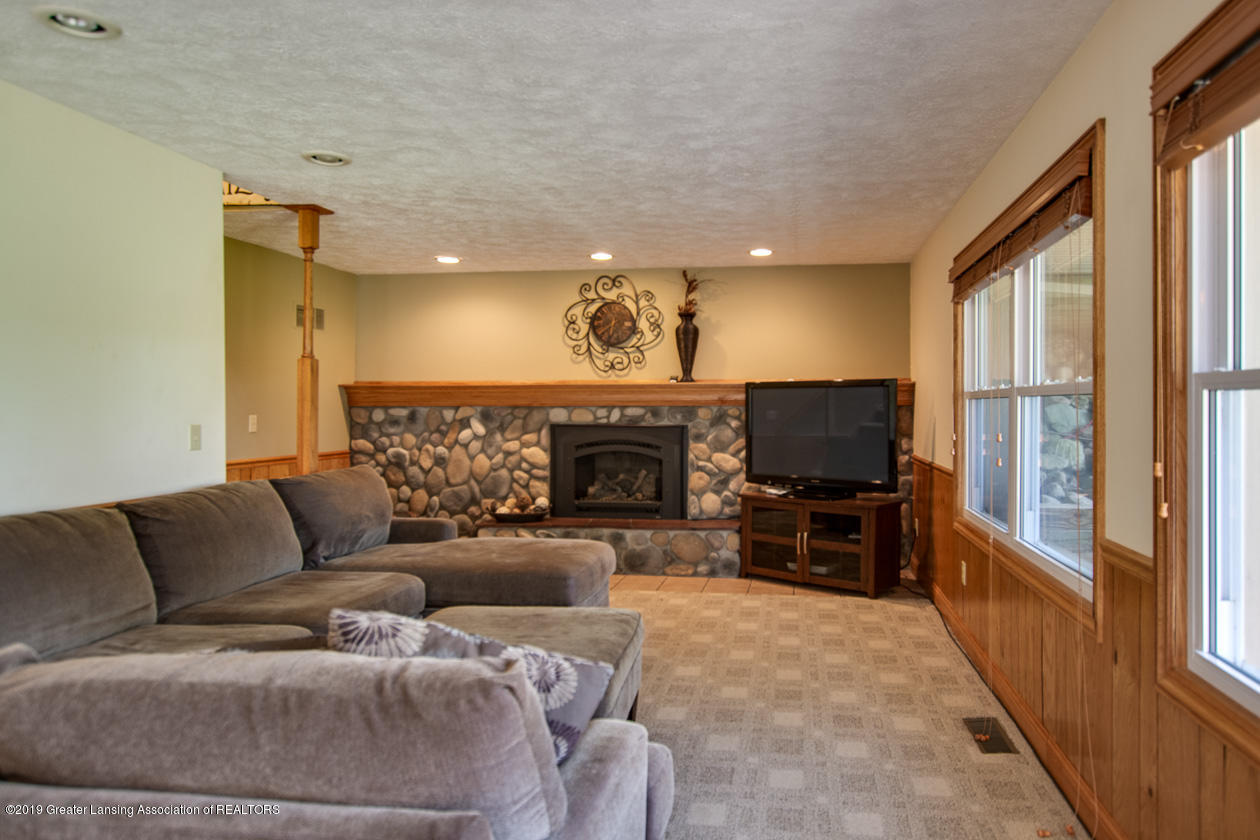 1389 Germany Rd - family room - 45