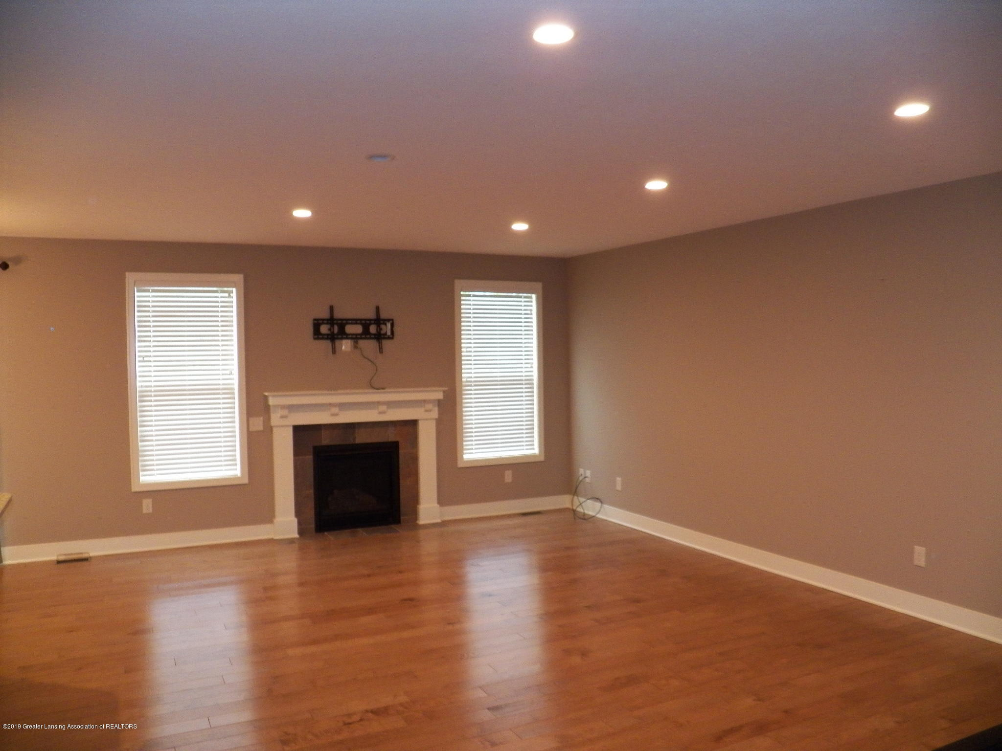 10711 Ireland Dr - living room - 2