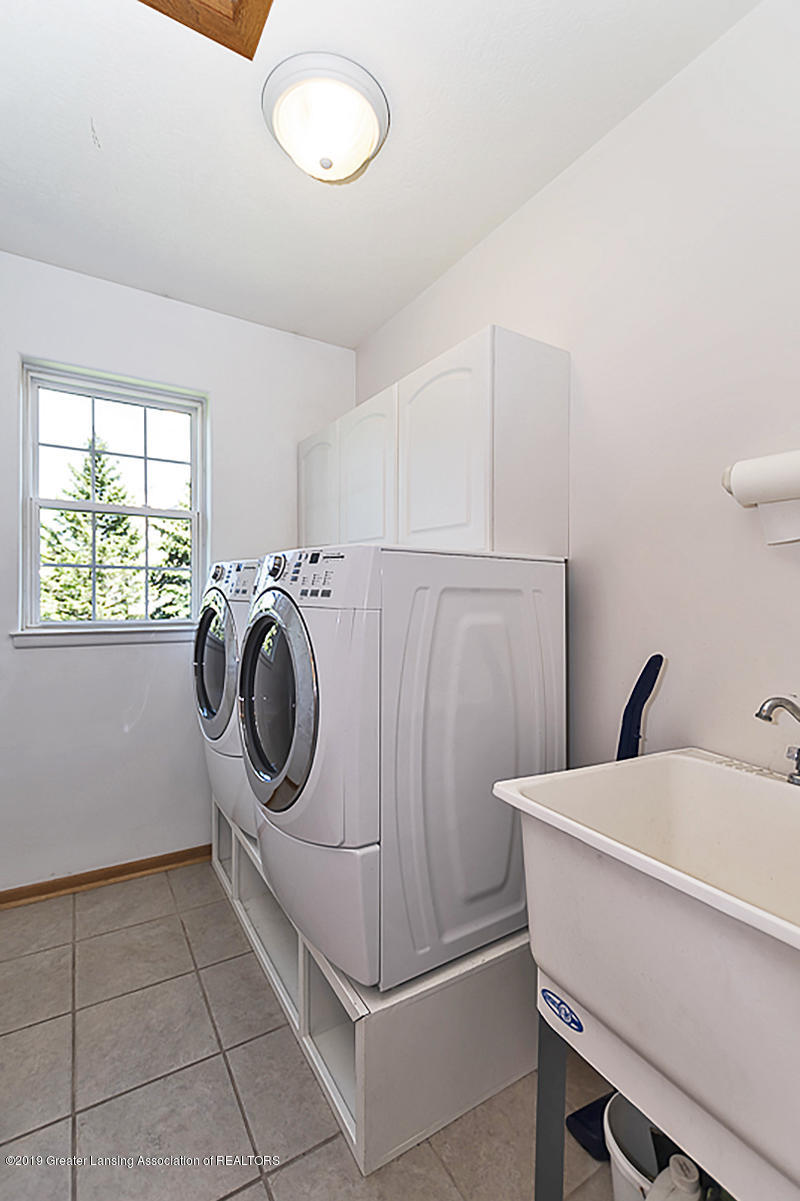 3560 Observatory Ln - 1st Floor Laundry - washer and dryer are - 29