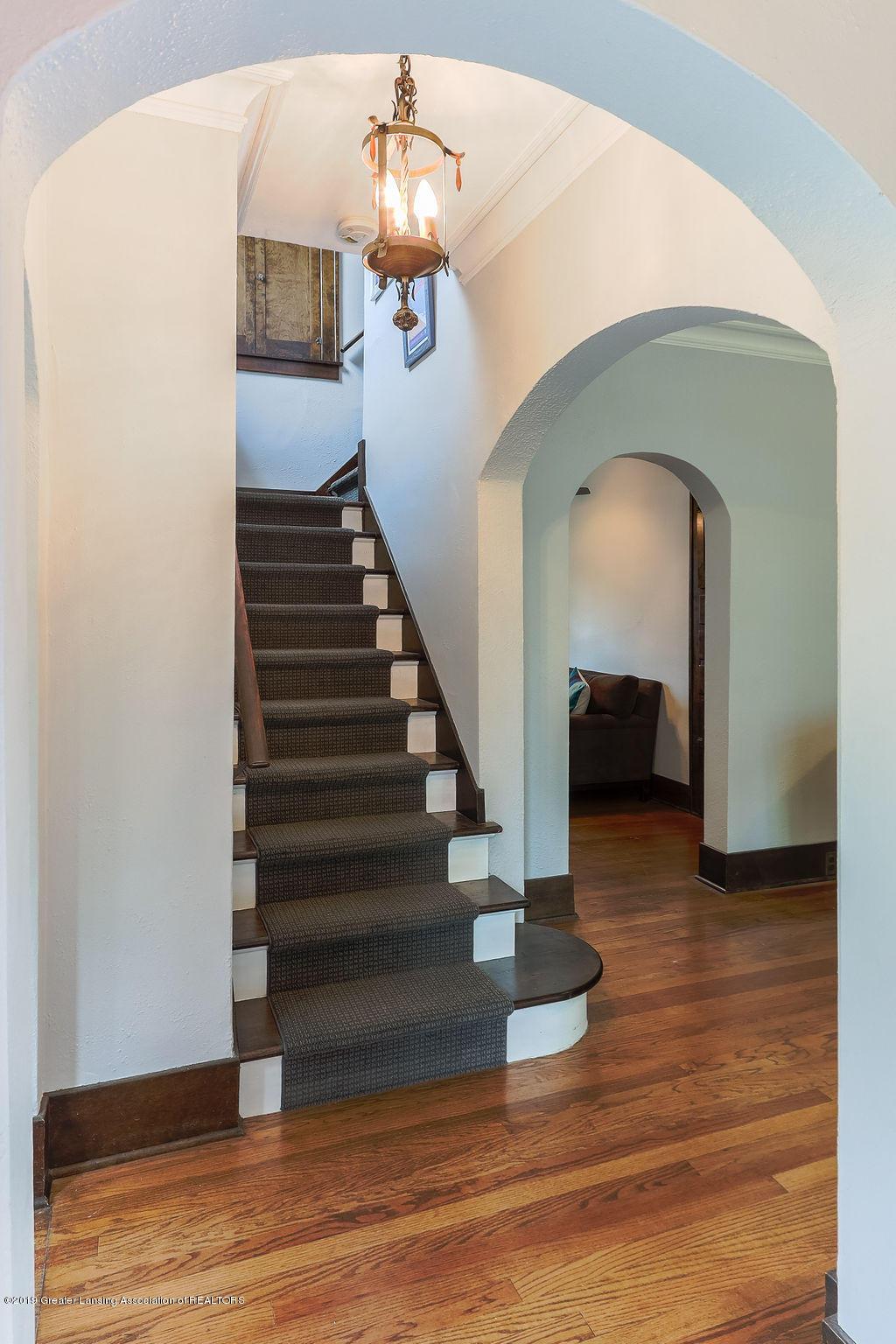 935 Huntington Rd - staircase - 31