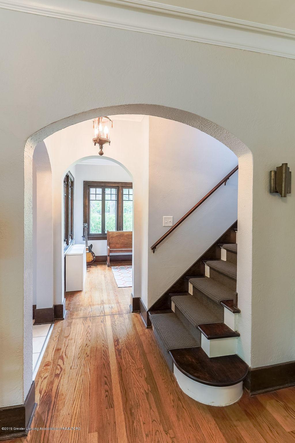 935 Huntington Rd - staircase - 24